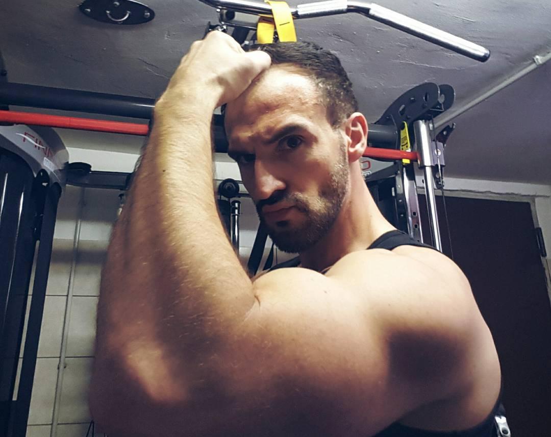 schnell mal 20 Min Pumpen vor dem Grillfest… ich suche übrigens noch ne Trainingspartnerin, die keine Angst vor massiven Stangen hat! Wer hat Lust und Zeit? ;P  #fit #fitness #nopainnogain #bizeps #fitnessfirst #superfit #mcfit #mcfitberlin #pornostar #muskeln #lifestyle #berlin #boss #bangboss #bosslife #deutsch #bodybuilding #body