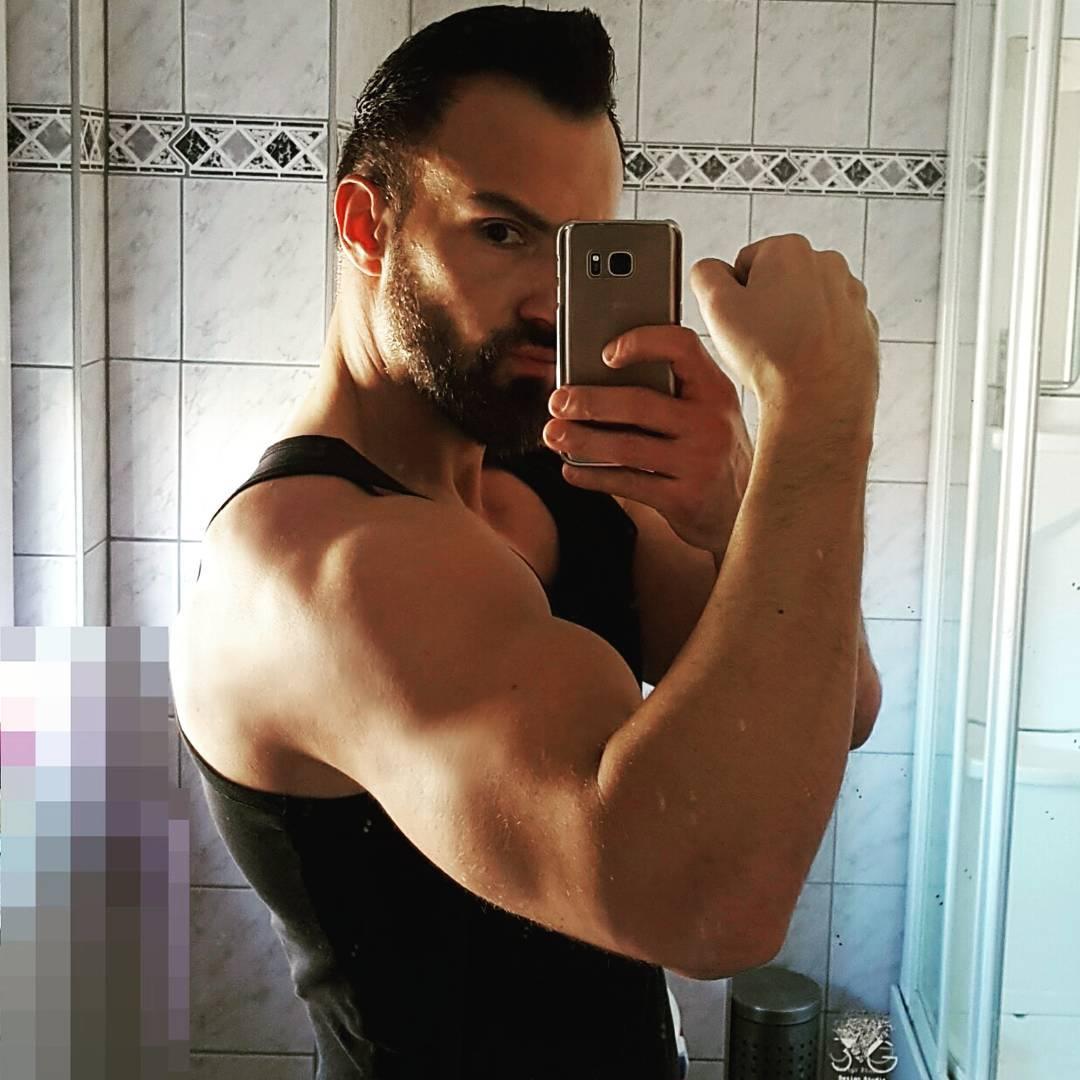 Arm wächst, Kontostand wächst, Penis wächst… zum Glück nicht mehr! ;) #training #bodybuilding #flexing #pump #arm #muskeln #muscles #pumping #bizeps #biceps #selfie #me #mirror #mcfit #gym #overthetop #ironarms #berlin