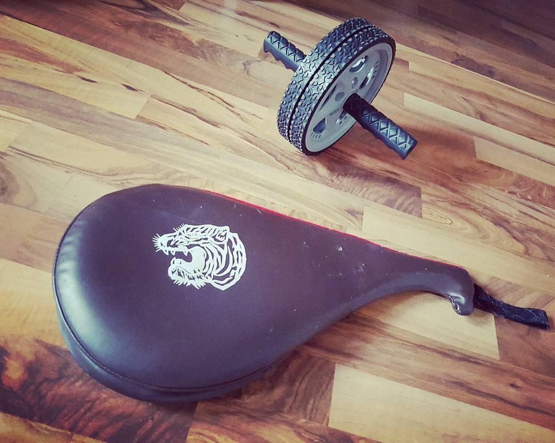 Die Kombination aus beiden Gegenständen ergibt STAHL! #abs #bauchmuskeltraining #pratze #kampfsport #homegym #reboot #mcfit