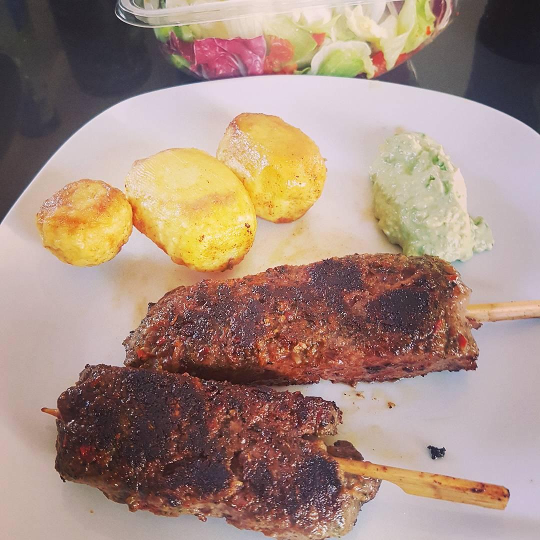 Mittagessen… Ochsenfetzen, Kartoffeln, Avocadocreme und Salat. #lecker #essen #steak #protein #fleisch #mcfit #fitness #hunger #eiweiss #kochen #meal #salat #meat