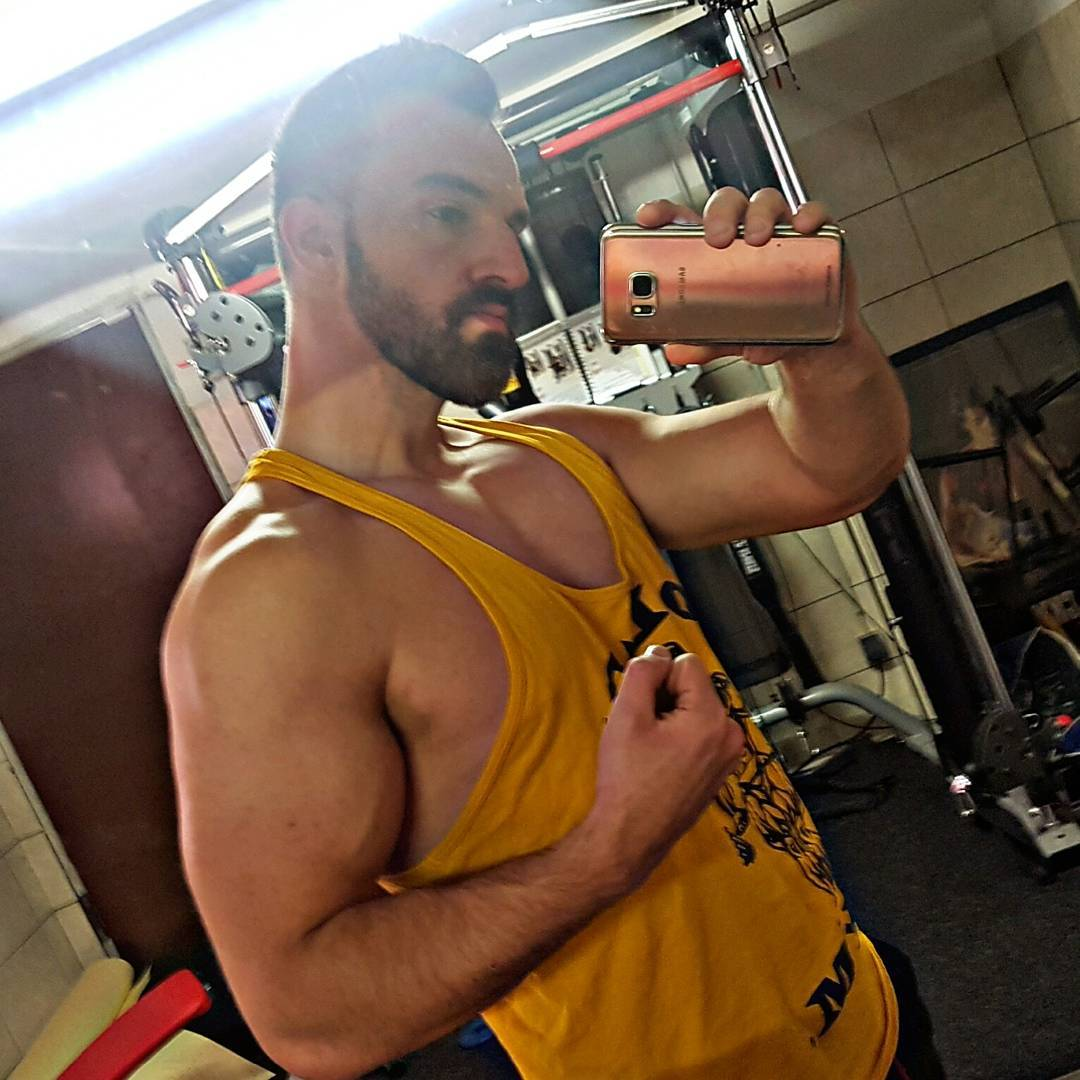 Natural trainieren ist sehr viel härter, genau wie wie mein… 🍌😜😎 #training #bodybuilding #natural #gym #homegym #mcfit #bizeps #biceps #fitness #me #selfie #muskeln #goldsgym #shirtdassjederhobbypumperhatundaufarnoldmacht