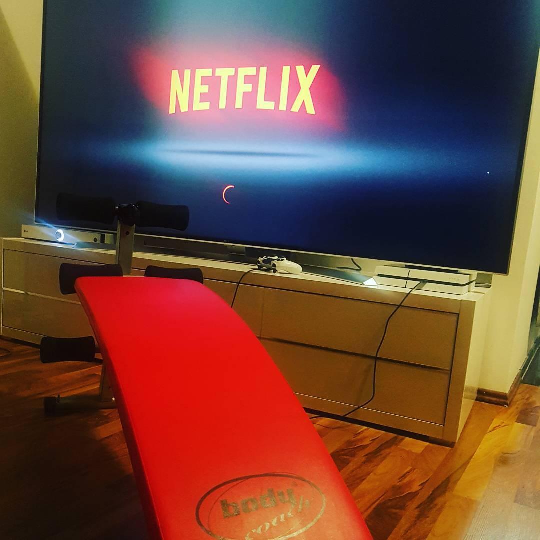 Neuer Tv Sitzplatz… wird eng, wenn weiblicher Besuch da ist ;) #situps #reps #training #mcfit #bauchmuskeltraining #abs #netflix #lg #86zoll