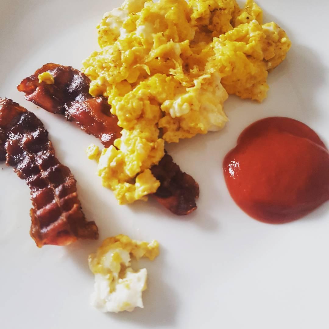 Rührei mit Ziegenkäse, Speck und Ketchup ohne Zuckerzusatz #Frühstück #Rührei #eiweiss #speck #breakfast #food #mcfit #superfit #fitnessfirst #crunchfit #fitnessfood #food #diet #diät