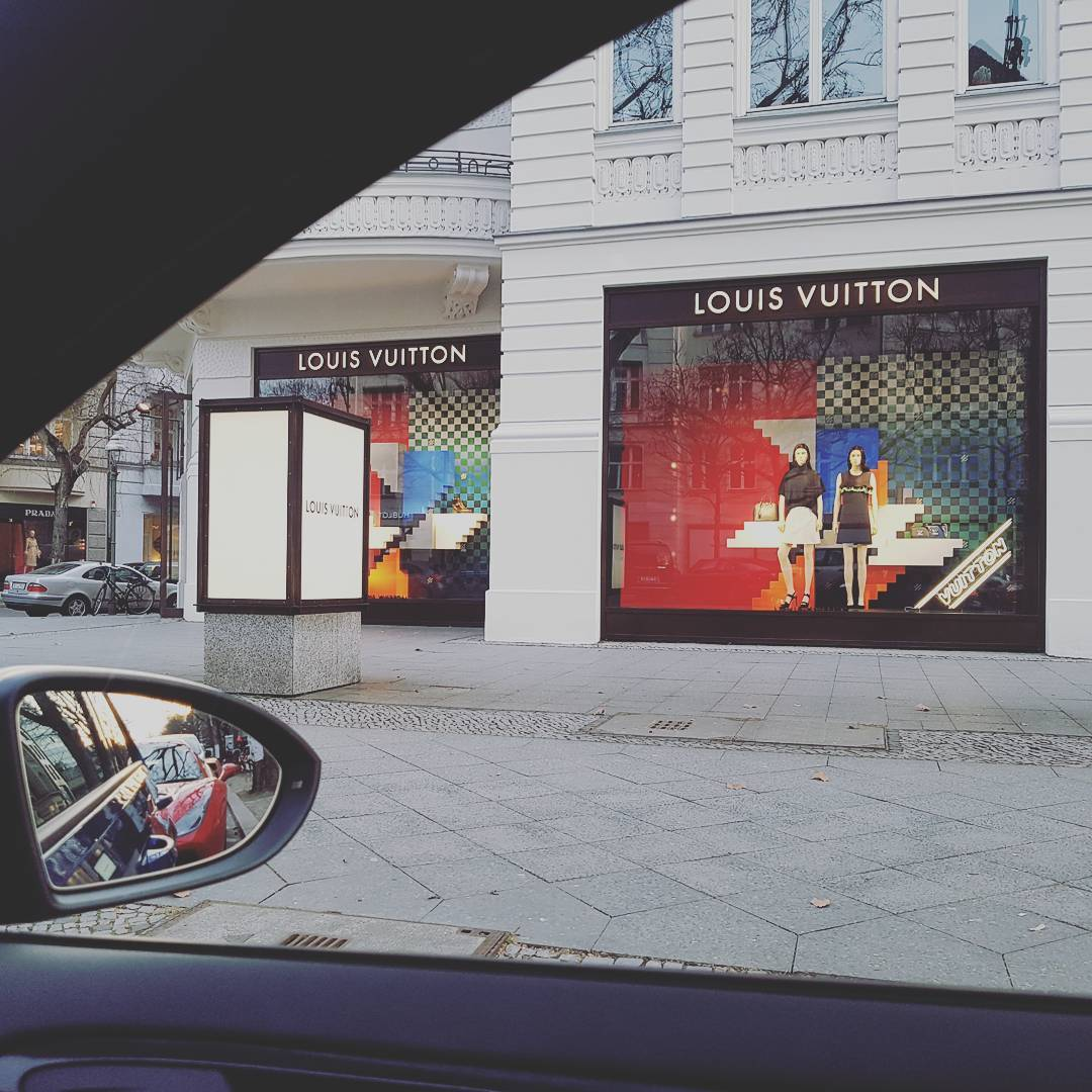 Noch schnell das Nötigste fürs Wochenende einkaufen… #louisvuittion #lv #berlin #rich #lifestyle #shopping