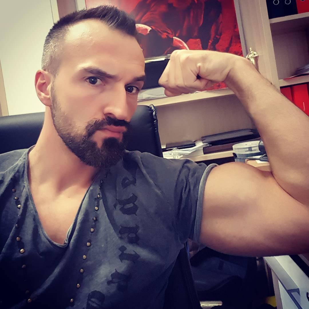 Bisschen arbeiten und dann gleich ins Gym die mickrigen Ärmchen auf Hulkmaße aufpumpen… #fitness #fit #fitfam #bodybuilding #selfie #me #motivation #sport #lifestyle #body #muscles #muskeln #pump #pumped #german #berlin #gym #homegym #nopainnogain