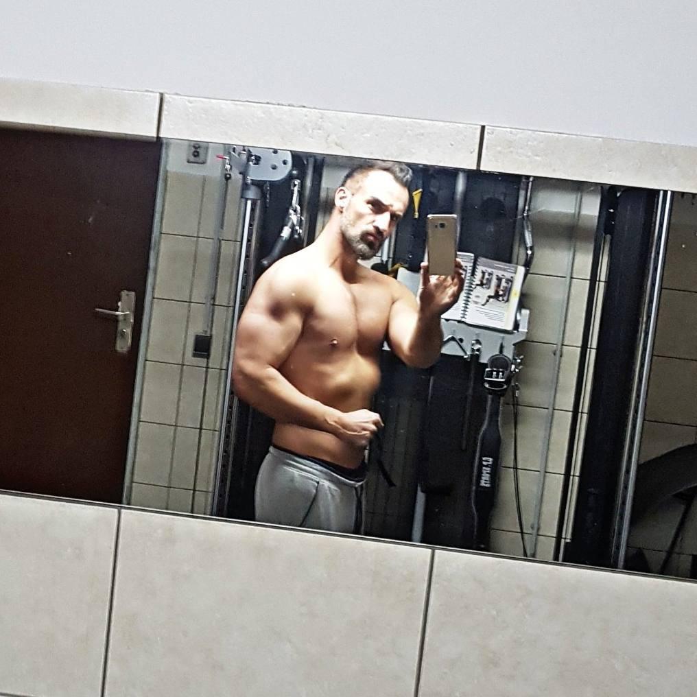 Oh man ich bin heute so abgefuckt… schlecht gepennt, kaum Power und dazu noch drecks Heuschnupfen. Mit letzer Kraft ne Runde trainiert und gleich TWD Finale schauen… #fitness #fit #fitfam #bodybuilding #selfie #me #mcfit #superfit #crunchfit #fitnessfirst #motivation #sport #lifestyle #body #muscles #muskeln #pump #pumped #german #berlin #gym #homegym #nopainnogain