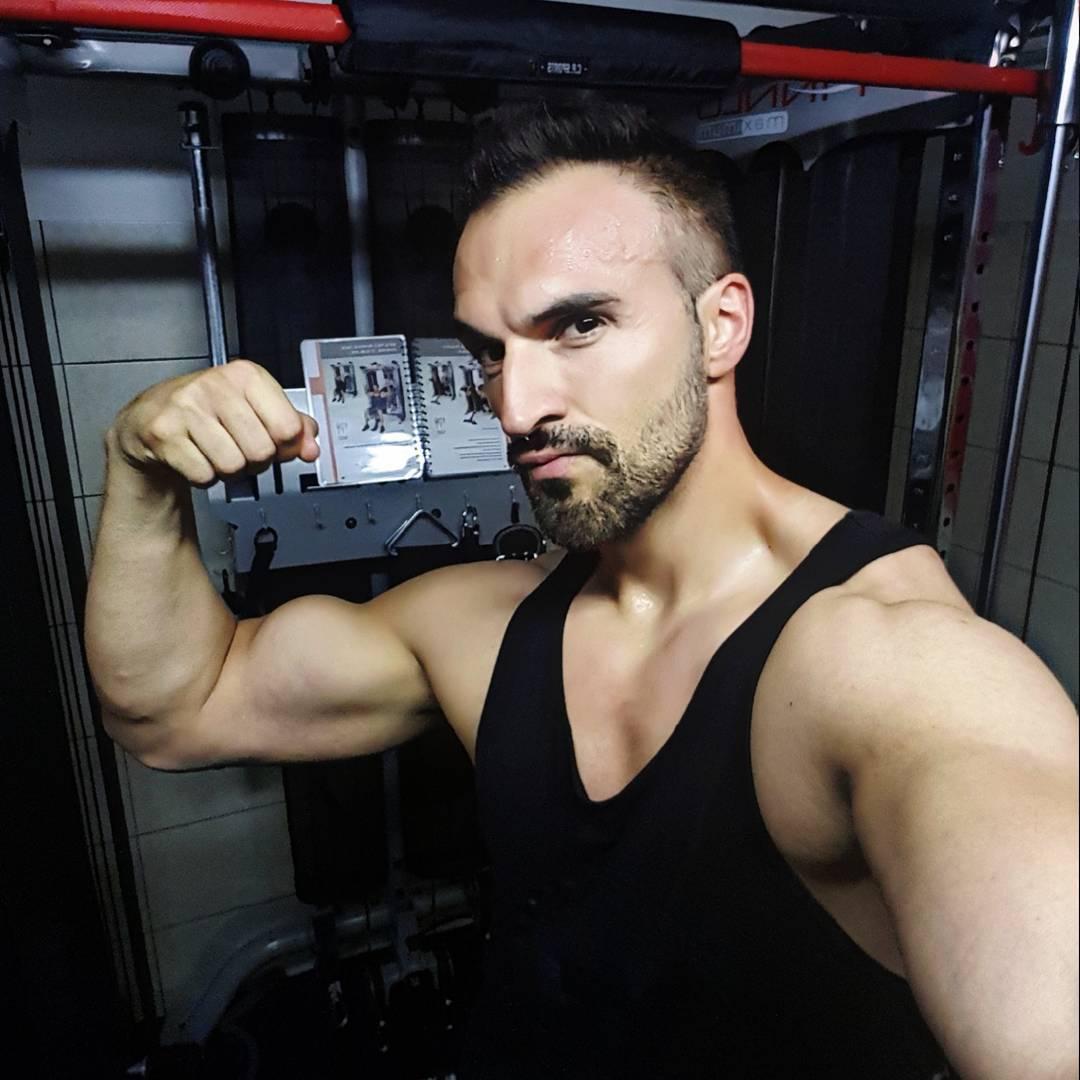 """""""Es kommt im Leben nicht darauf an wie viel Du austeilst, sondern darauf wie viel Du einstecken kannst!"""" Tag fürn Arsch, Wade gezerrt, miese Laune… doch ich bin trotzdem um Mitternacht noch 2 Stunden im Gym. No Pain!  #rocky #midnight #iron #arms #fitness #fit #fitfam #bodybuilding #selfie #me #mcfit #superfit #crunchfit #fitnessfirst #motivation #sport #lifestyle #body #muscles #muskeln #pump #pumped #german #berlin #gym #homegym #nopainnogain"""