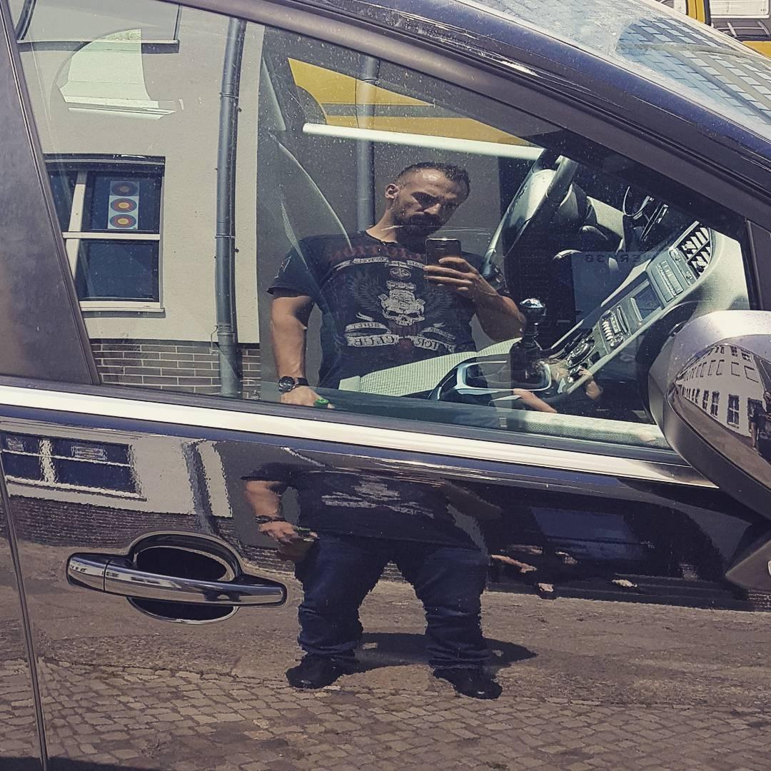 Man in the Mirror… warten auf die nächste Szene. #tv #fernsehen #dreharbeiten #rtl2 #hublot #bigbang #affliction #porschedesign #boss #berlin