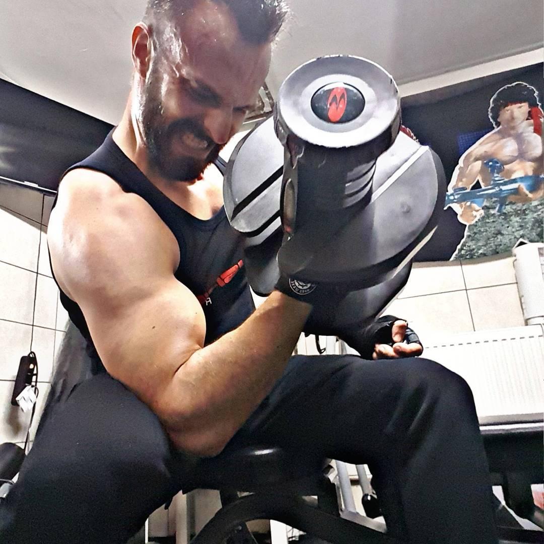 Um den Krieg zu überleben, muss man selbst zum Krieg werden… #fitness #fit #fitfam #bodybuilding #selfie #me #mcfit #superfit #crunchfit #fitnessfirst #motivation #sport #lifestyle #body #muscles #muskeln #pump #pumped #german #berlin #gym #homegym #nopainnogain #rambo #biceps #bizeps #curls