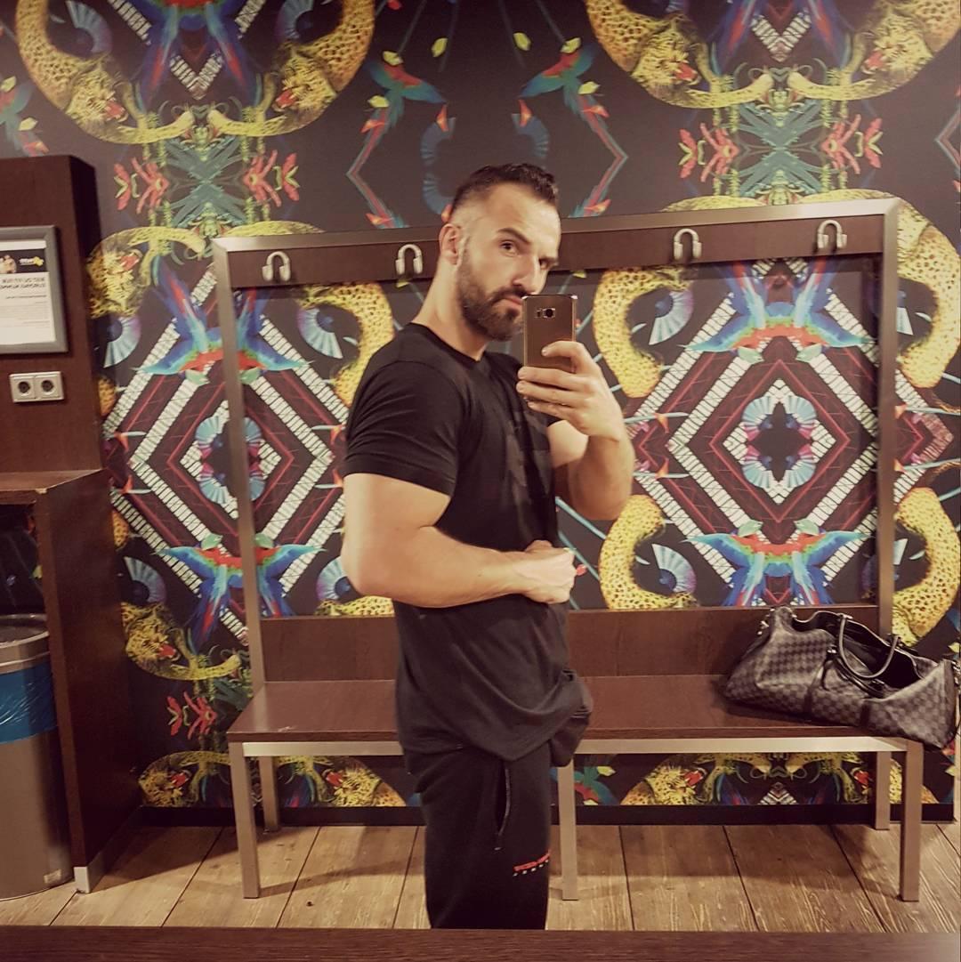 Zu Später Stunde noch ein wenig Rücken und Schultern auf Suizide Booster trainieren, damit sich die Frauen besser hinter mir verstecken können, wenn der Freund unerwartet nach Hause kommt 😉😎 #fitness #fit #fitfam #bodybuilding #selfie #me #mcfit #superfit #crunchfit #fitnessfirst #motivation #sport #lifestyle #body #muscles #muskeln #pump #pumped #german #berlin #gym #homegym #nopainnogain #booster #lv #louisvuitton #pusher #boss #bangboss #bosshaft