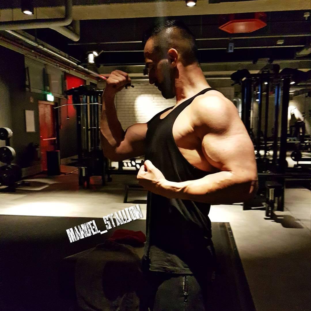 Bosshafte Grüße aus dem Gym Freunde!😎💪 . Gestern Abend hatte ich echt kaum Kraft und ich musste mir selbst sowas von in den Arsch treten, um alles durchzuziehen. Aber hey… von nichts kommt nichts. Also ran an die Gewichte und kämpfen!!!😠💥💥💥 . #johnreed #natural #fitness #fit #fitfam #instafit #bodybuilding #selfie #me #mcfit #motivation #gain #sport #lifestyle #body #muscles #biceps #muskeln #pump #pumped #focused #trainhard #gymtime #nopainnogain #german #berlin #gym #nopainnogain #pusher #pusherapparel #bosshaft