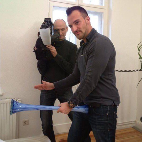 Damals bei den Dreharbeiten zu Exklusiv die Reportage auf RTL2, wo ich eine eigene Serie hatte …Thema der Folge war… auf jeden Fall nicht jugendfrei😜😎 das war ne lustige Zeit! 😂 . #rtl2 #exklusiv #dreharbeiten #reportage #sex #coaching #berlin #kamerateam #kameramann #kamera #funny #me #lustig #tv #fernsehen #vip #casting #picoftheday