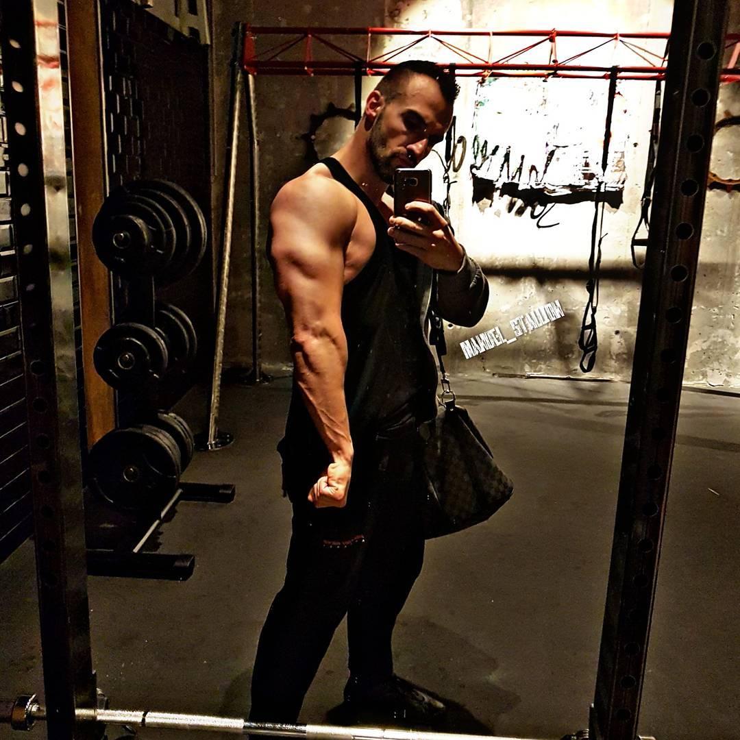 Heute habe ich meine Brust und Arme zerstört und so langsam kommen immer mehr schwere Gewichte ins Spiel. Läuft! . Today i destroyed my chest and arms. Heavy weights are coming back to my workout routine. . #johnreed #fitness #fit #fitfam #natural #bodybuilding #selfie #me #mcfit #mcfitberlin #motivation #sport #lifestyle #body #muscles #muskeln #pump #pumped #bizeps #trizeps #german #berlin #gym #nopainnogain