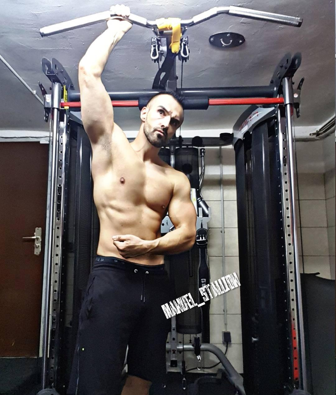 Mission von 0 auf Rambobody in 3 Monaten… 5 Wochen sind nun rum. Ab jetzt steht mehr Cardio auf dem Programm, damit der Körperfettanteil weiter sinkt und ich muss eindeutig mehr Eiweiß futtern. Der Bauch wird harte Arbeit, aber mal schauen, was noch möglich ist! Weiter geht's… #fitness #fit #fitfam #bodybuilding #selfie #me #mcfit #superfit #crunchfit #johnreed #fitnessfirst #motivation #sport #lifestyle #body #muscles #muskeln #pump #pumped #german #berlin #gym #homegym #mission #rambo #nopainnogain