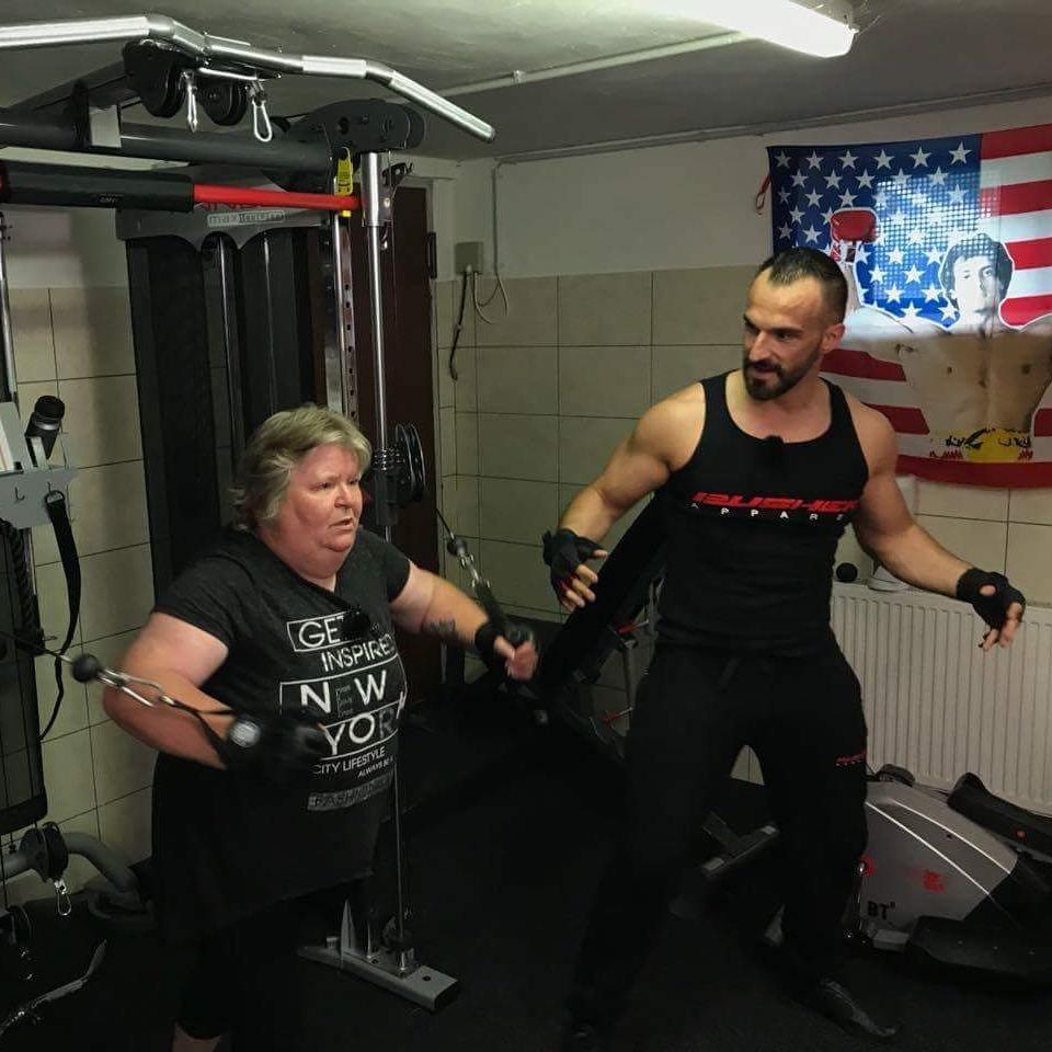Heute Abend ab 20:15 auf RTL2 wird meine Tauschfrau von mir gedrillt im Folterkeller… ob sie das überstehen wird? Seid gespannt 😁 . #frauentausch #rtl2 #tv #tauschfrau #tauschmutter #manuel #aische #carmen #training #sport #fitness #berlin