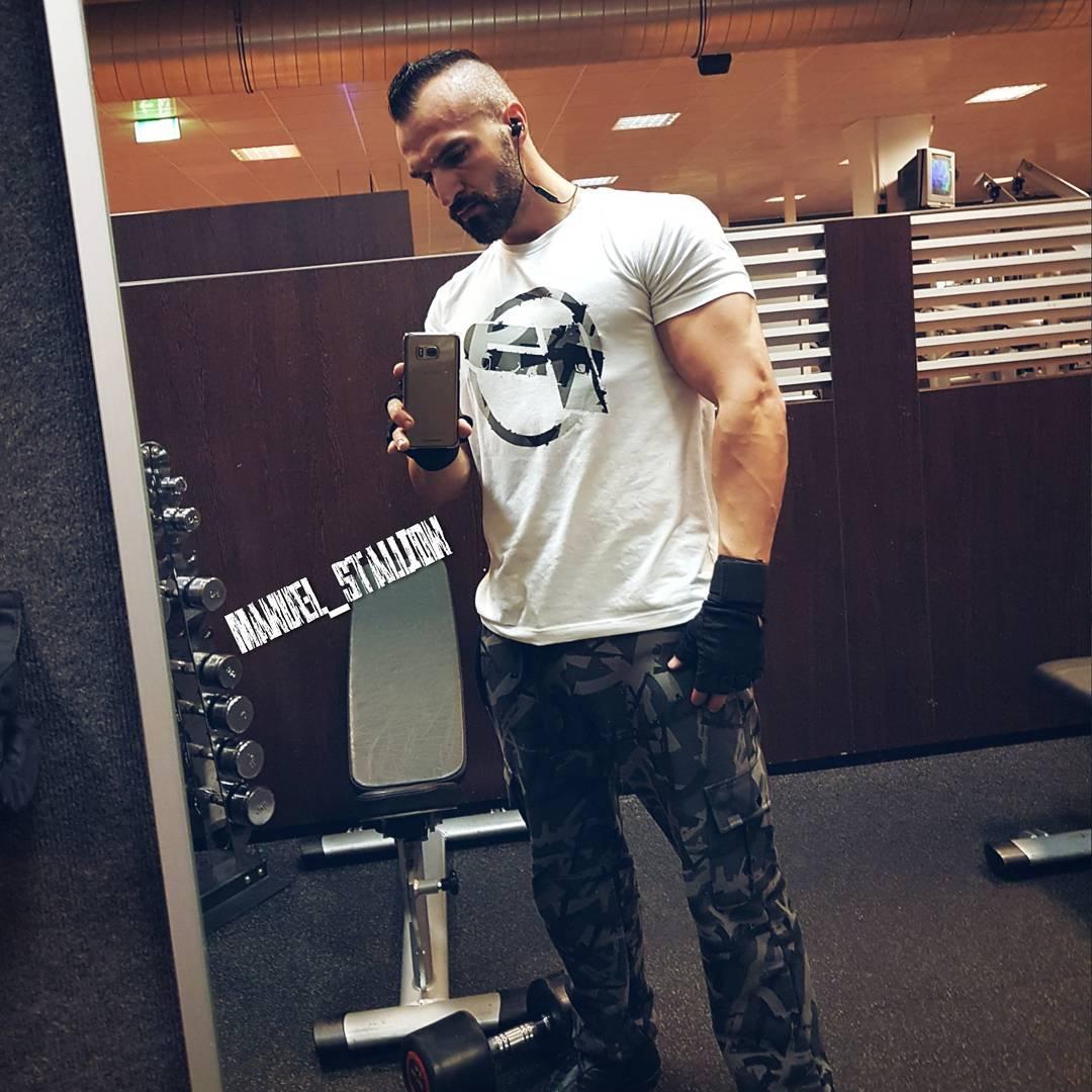 Nächsten Monat ist schon wieder Venusmesse, wo ich auch sein werde… und bis dahin muss ich echt Gas geben, damit Beine und Arme genau so massiv wie der Bosscock werden. Das wird harte Arbeit 😉 . #fitness #fit #fitfam #bodybuilding #selfie #me #mcfit #mcfitberlin #johnreed #motivation #sport #lifestyle #body #muscles #muskeln #pump #pumped #german #berlin #berliner #gym #nopainnogain #pusher #instagood #instafit #l4l #bosslife #bangboss