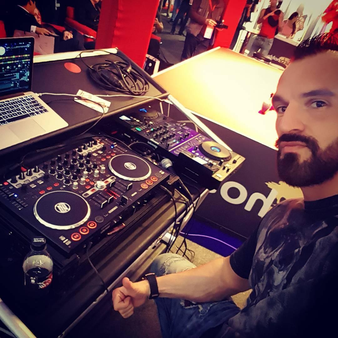 DJ Bang Boss spielt auch Wunschtitel für Frauen auf der Venus… wenn sie kurz unters Pult kommen ;) . Checkt täglich meine überkrassen Instastories von der Messe ab! 😁😎😎🍾 . #dj #bangboss #venus #messe #erotikmesse #sexmesse #convention #party #sex #erotik #porno #pornostar #berlin #berliner #german #instagood #instalike #instafit #instafick #bosshaft #bosslife #hardcore #mydirtyhobby