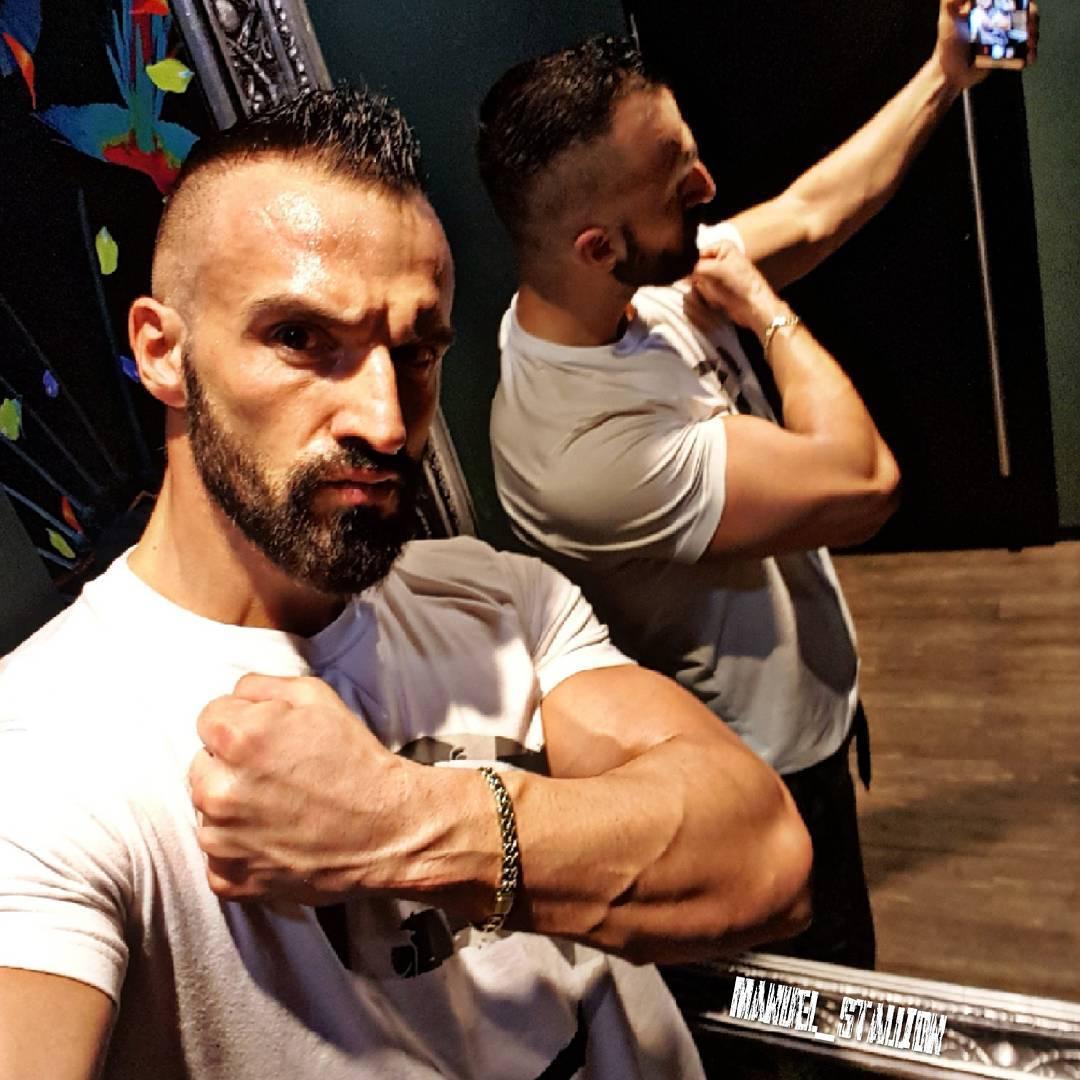 Hier mal ein bosshaftes Selfie mit meinem besten Trainingspartner und größten Fan… 💪🏻🤜 Die einzige Person im Leben, der man zu 100% vertrauen kann und die immer hinter einem steht… ist die Person im Spiegel! Immer daran denken Freunde ✌ . . . #fitness #fit #fitfam #training #bodybuilding #selfie #me #mcfit #superfit #crunchfit #fitnessfirst #johnreed #motivation #sport #lifestyle #body #muscles #muskeln #pump #pumped #berlin #berliner #germany #german #gym #maninthemirror