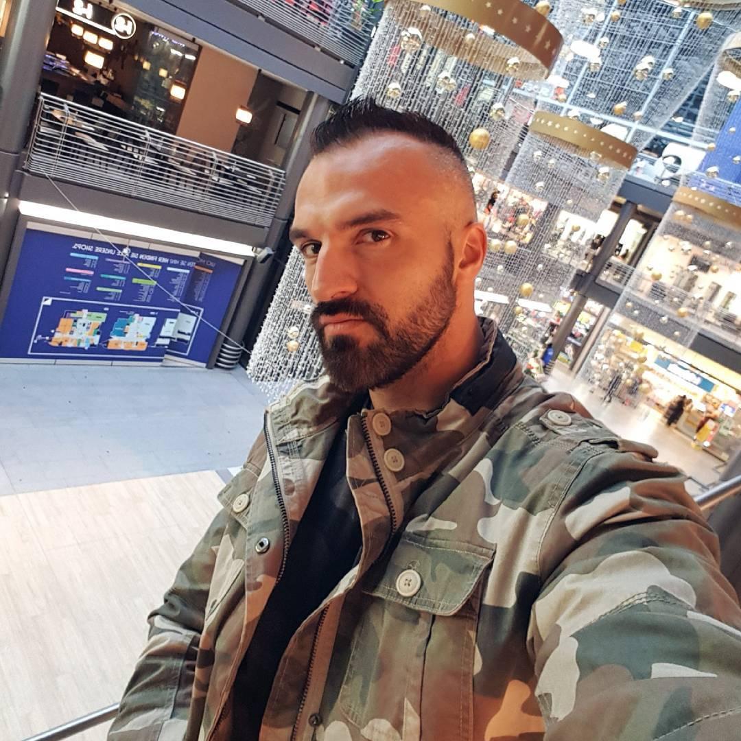 Shoppingtime! 💱 Wurde mal wieder Zeit für neue Klamotten… am liebsten verbringe ich die Zeit beim Shoppen übrigens in Umkleidekabinen. Wer hat eine Idee warum? 😁😎 . #berlin #shopping #model #instamodel #style #hamburg #köln #düsseldorf #münchen #dresden #hannover #frankfurt #camouflage #boss #bangboss #pornstar #lifestyle #beard #fashion #selfie #me #instagood #instalike #picoftheday #swag