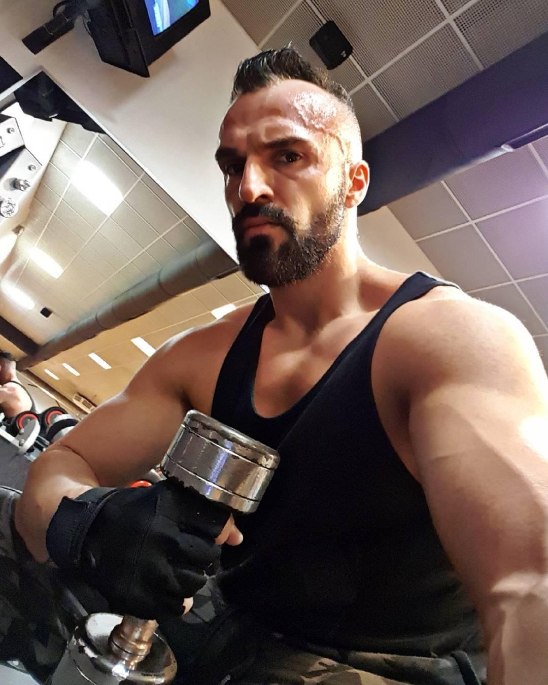 Trainiere so hart, dass deine Jacke nach dem Training zur Zwangsjacke wird und reißt… dann machst du alles richtig 💪🏻✌🏻😠 . #xl #mcfit #spandau #mcfitberlin #kettensprengmodus #pump #pumped #muskeln #muscles #bizeps #biceps #shoulders #chest #gym #motivation #pusher #german #berliner #berlin #nopainnogain #beastmode #arms #gymmotivation #training #hardcore #bossmodus #instalike #instafit #fitfam
