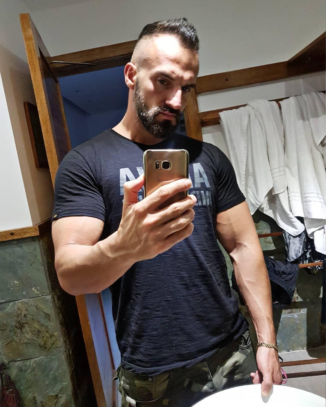 Der Urlaub neigt sich dem Ende und ich habe so langsam wieder Lust das Gym zu zerstören… 💣💪🏻✌🏻 Wer ist dabei? . #fitness #fit #fitfam #bodybuilding #selfie #me #mcfit #johnreed #berlin #motivation  #shoulders #arms #sport #lifestyle #body #muscles #pump #pumped #german #maldives #hanimaadhoo #holiday #gym #nopainnogain #fitnessmotivation #potd #followme #beard #alphaindustries