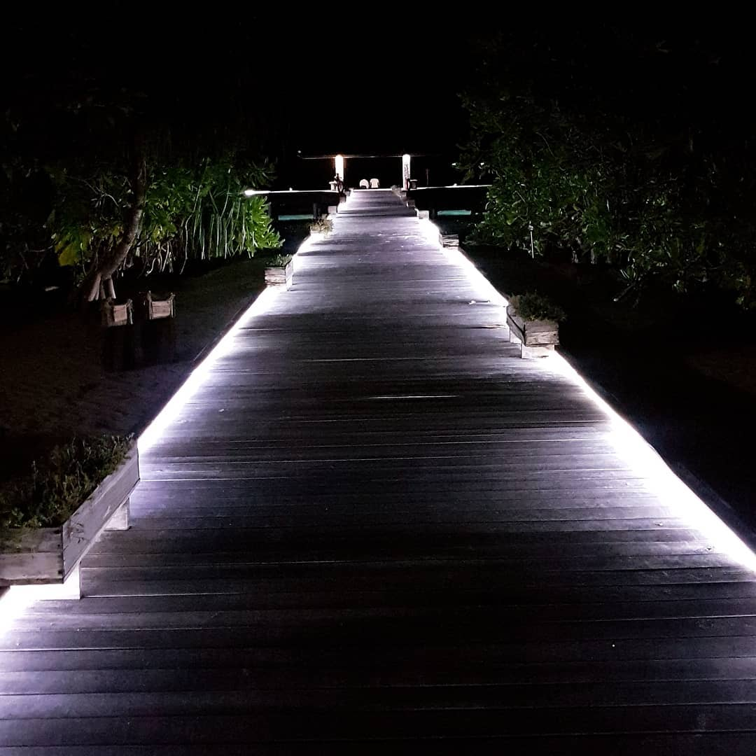 Romantic Walkway at night 🌠 . #maledives #malediven #holiday #urlaub #hanimaadhoo #bluesky #summer #ocean #bluewater #hot #awesome #amazing #barefoot #eco #resort #romantic #night #sea