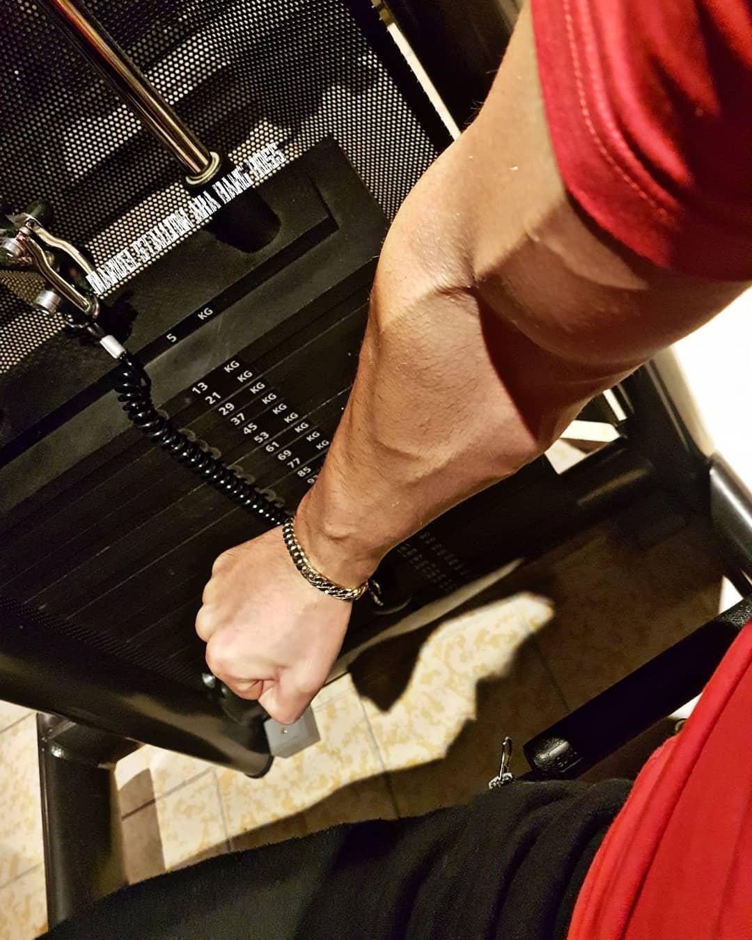 Das neue Jahr beginnt natürlich mit rambomässigem Training! Ziel ist, bis Mitte Februar 2-4kg bosscockharte Muskeln aufzubauen und das Shirt zum Platzen zu bringen. Los geht's…💪🏻😠 . #fitness #fit #fitfam #bodybuilding #selfie #me #mcfit #mcfitberlin #johnreed #johnreedberlin #berlin #wedding #motivation #workout #schultern #arme #ironarms #sport #lifestyle #body #muskeln #pump #pumped #german #gym #nopainnogain #fitnessmotivation #potd #followme