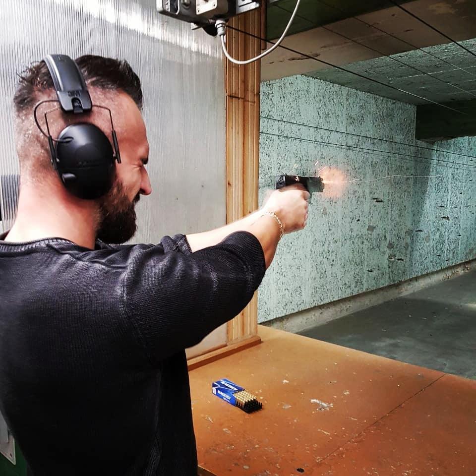 Der Überboss hat heute endlich mal wieder die P99 Blei spritzen lassen bis die Funken fliegen und seine Ziele zu Konfetti zerschossen… mein neues Lieblingsfoto! 😎💥💥💥 . #shootingrange #shooting #shooter #sharpshooter #walther #p99 #gun #handgun #muzzleflash #muzzlefire #fire #potd #like #followme #handgun #nra #schießen #shotevent #target #fullmetaljacket #ammo #gunfire #berlin