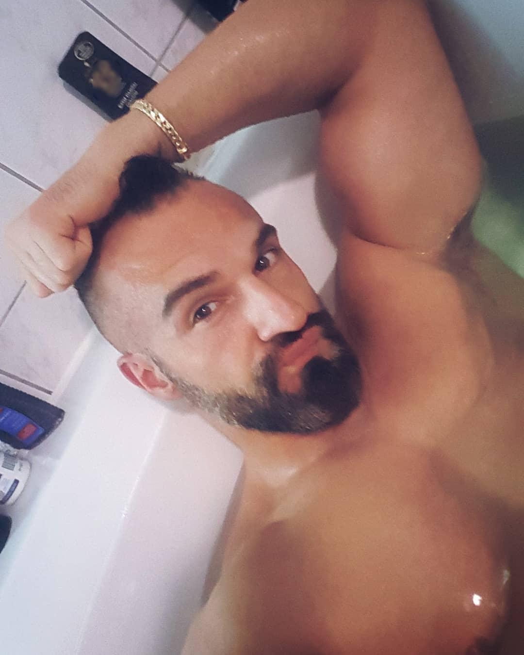 Die meisten Menschen gehen baden, um sauber zu werden… ich hingegen gehe baden, um für wenige Minuten endlich mal die Last des schweren Bosscocks zu vergessen 😉😁😎😘 . #boss #bangboss #bosscock #bathtub #bathtime #bath #shower #cute #selfie #me #potd #pictureoftheday #friday #weekendfeeling #muscles #naked #berlin #mcfit #biceps #beard #browneyes #croatian #berliner