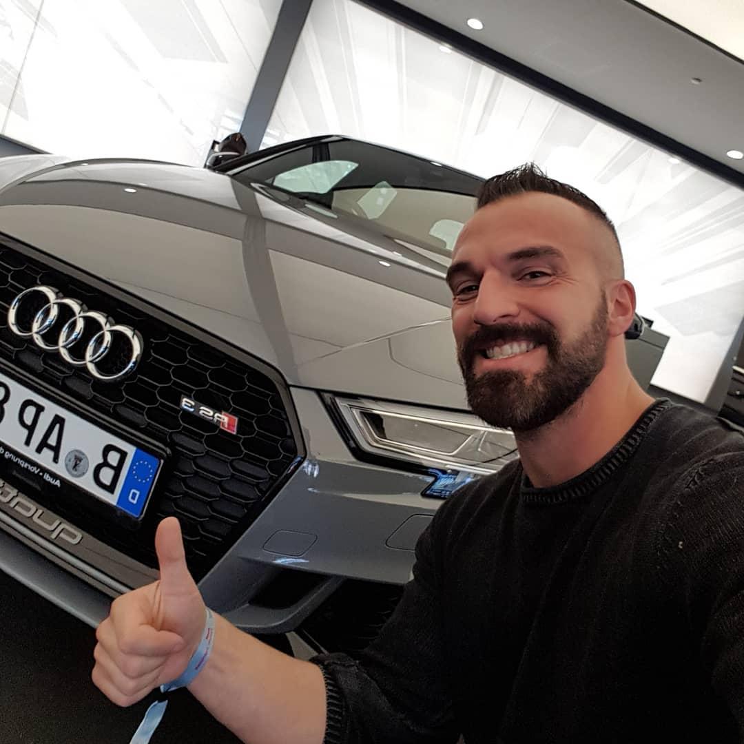 So einen schicken Neuwagen vom Werk abholen ist immer wieder ein tolles Erlebis… Die Werksführung durch die Audi Endmontage war echt spannend und zu Essen gab es auch mal wieder reichlich. Mal schauen, wohin der Wagen nach der Einfahrphase zum Tuning geht, um den Motor in Richtung 500ps zu pushen. Wieder zu Abt oder doch zu Mtm? . #audi #rs3 #400ps #vollehütte #nardogrey #ingolstadt #neuwagen #newcar #auto #car #smile #germany #abt #mtm