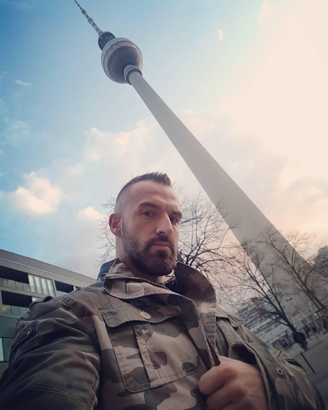 So Berlin Tag & Nacht ist abgedreht… also erstmal am Alexanderplatz was trinken gehen und chillen… und bei euch so? ✌🏻 . #berlin #berliner #alex #alexanderplatz #mitte #fernsehturm #thursday #potd #sky #clouds #porno #bangboss #camouflage #btn #berlintagundnacht #rtl2