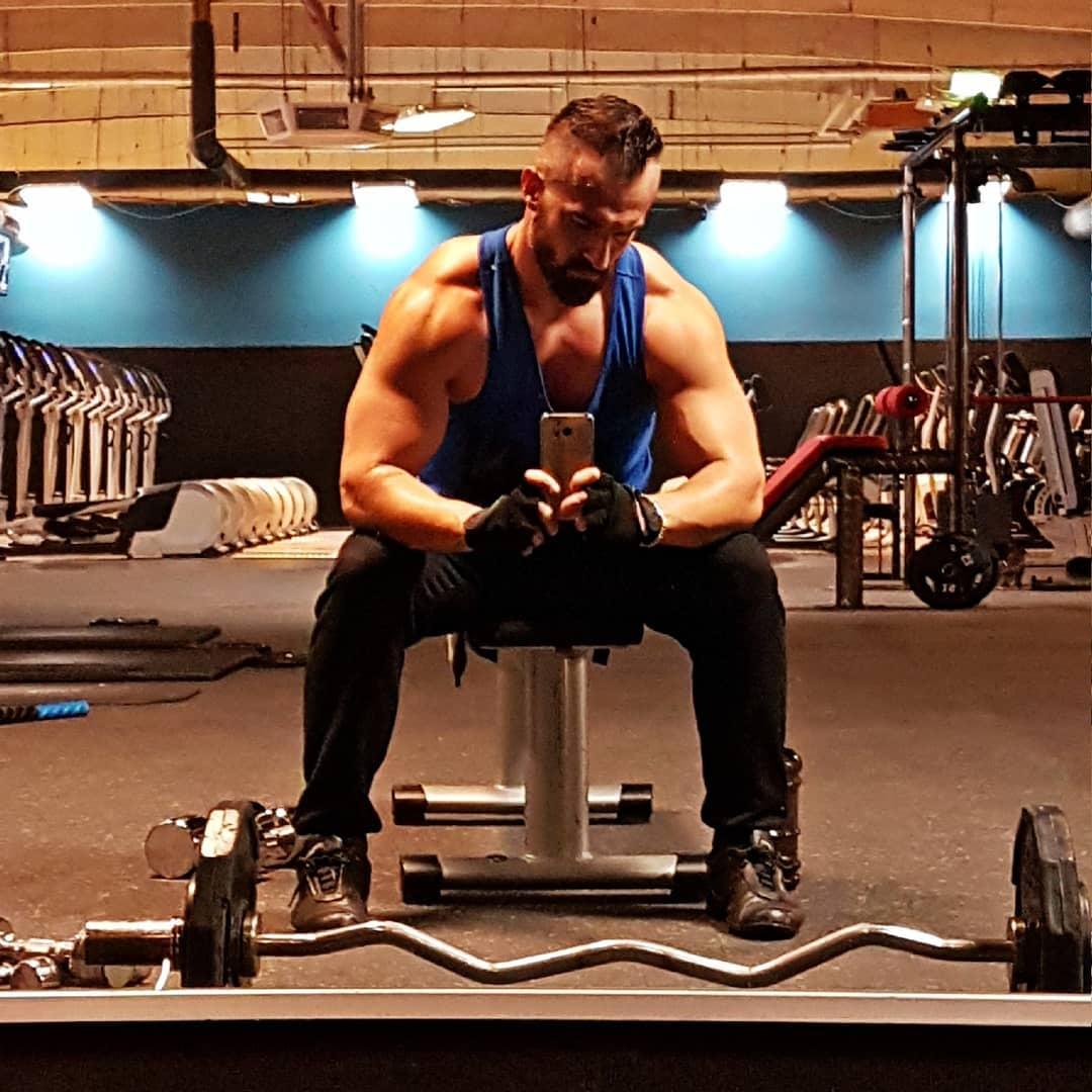 """Was mich wirklich regelmäßig beim Sport motiviert und antreibt, ist nicht der Blick in den Spiegel, welcher mich jedes Mal fühlen lässt, als wäre ich Hauptdarsteller in einem Marvel Superheldenfilm… Nein, mich beschäftigt nur eine sehr wichtige Frage … in welcher dunklen Ecke des Gyms könnte man wohl heimlich Pornos drehen?! 🤔🤔🤔😂✌🏻 . Wünsche euch noch ne """"geile"""" Woche Freunde!😎😁😘 . #nopornnogain #spassmussseinzwinkerzwinker #fitness #fitfamgermany #bodybuilding #gains #selfie #me #mcfit #johnreed #berlin #motivation #trainhard #workout #sport #lifestyle #body #muskeln #pump #german #gym #noexcuses #nopainnogain #instafit #trainhard #getstrong #potd #followme #bangboss #bosshaft #pornstar"""