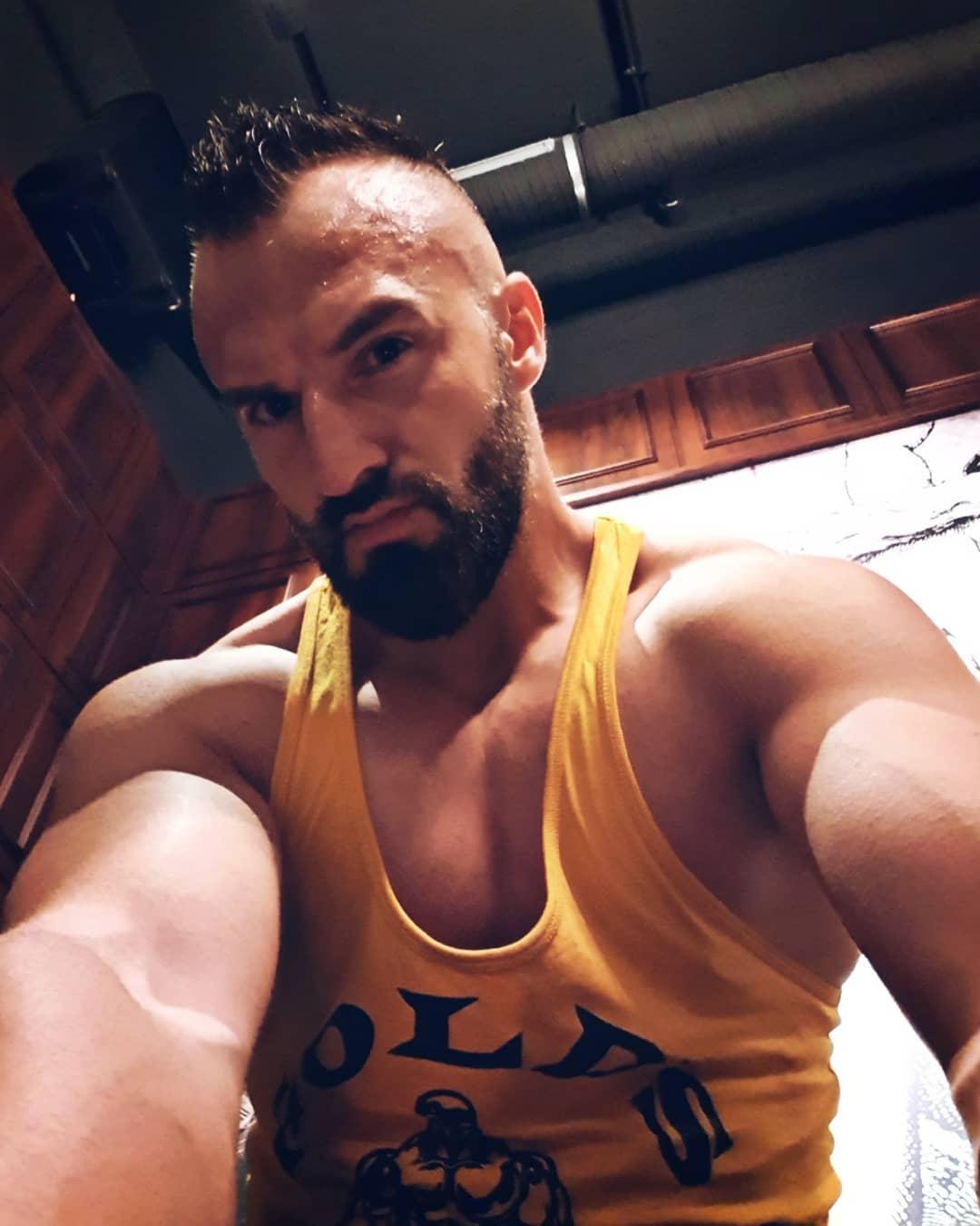 Der Boss ist wird langsam zu breit fürs Foto… ich überlege schon, das Hubble Weltraumteleskop zukünftig für Selfies zu nehmen. Was meint ihr? 🤔😎 . #motivation #training #potd #nopainnogain #strong #power #boss #mcfitberlin #mcfit #johnreed #berlin #berliner #beard #muscles #training #bodybuilding #instagood #instalike #followme #selfie #goldsgym #cro #fitness #mydirtyhobby
