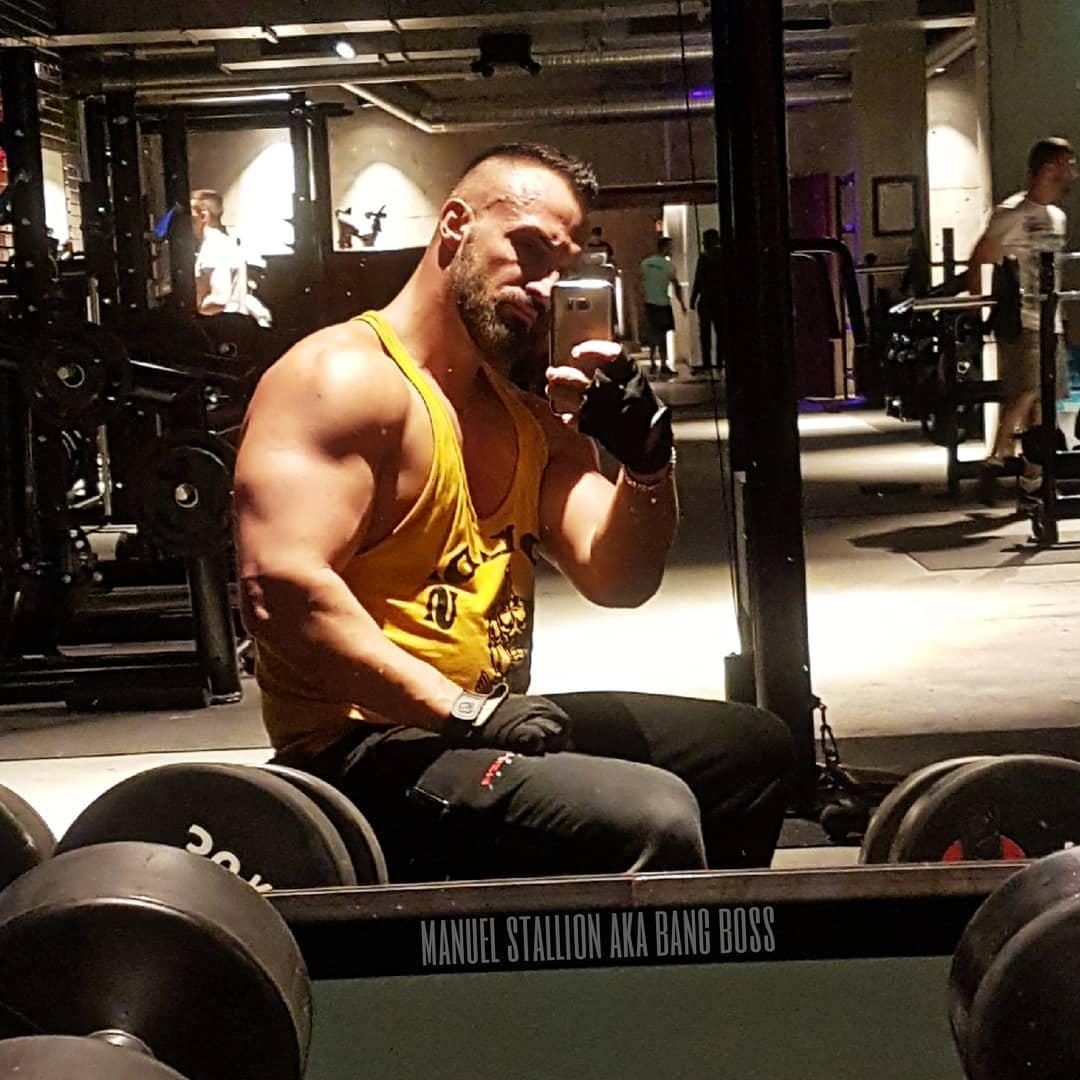 Während heute alle bei Sonnenschein und Sommerwetter den Tag genießen, hocke ich lieber im Gym und pumpe mir die Arme so breit, dass man sie sogar von der Internationalen Raumstation aus sehen kann 😎💪🏻😁 Ich hoffe ihr hattet ein bosshaftes Wochenende Freunde! ✌🏻 . #breiteralszweitürsteher #pump #pumped #mcfit #johnreed #fitlife #training #bodybuilding #fitfam #getstrong #nopainnogain #motivation #goldsgym #potd #picoftheday #amazing #arm #biceps #muscles #muscleshirt #tanktop #strong #gym #berlin