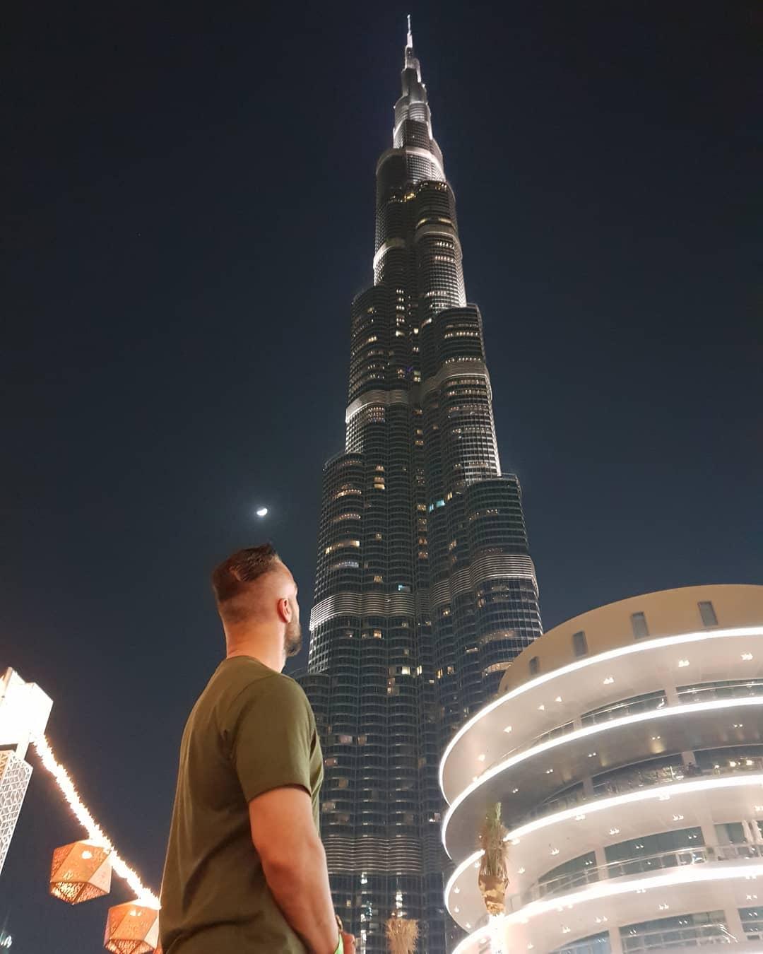 Einfach nur heftig, geil, beeindruckend… und das Gebäude im Hintergrund ist auch ganz nice 😉 . #dubai #burjkhalifa #828m #amazing #incredible #biggerisbetter #like #bosscock #moon #vae #uae #night #instagood #instalike #igers #followme #trip #arabic #emirates