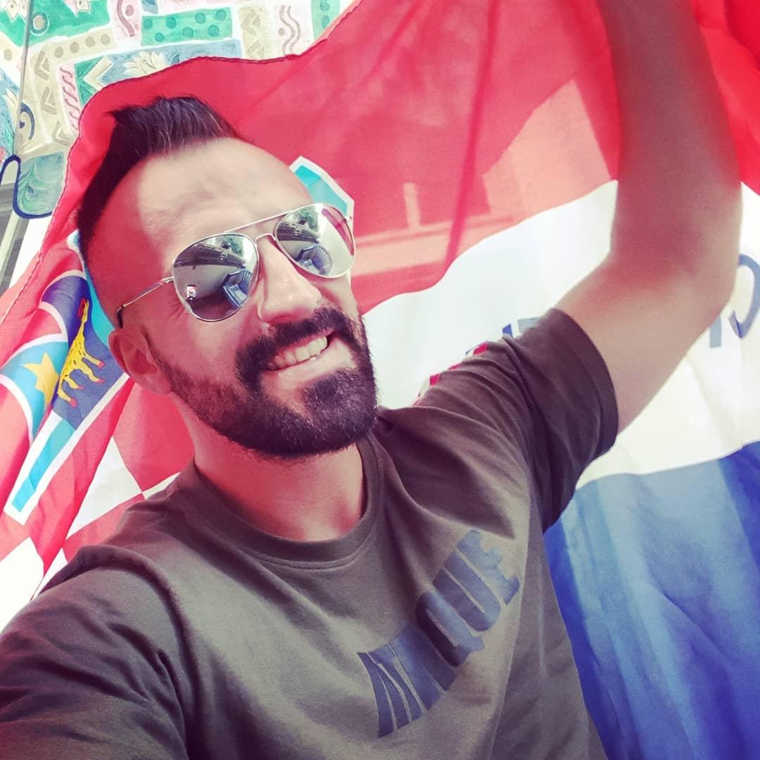Gleich mit meiner kroatischen Busfahrerbrille Daumen drücken… und Özil, pass genau auf wie man eine Hymne singt du🤬😉! 🇭🇷 . #wm #croatia #cro #hrvstska #berlin #berliner #kroatien #ataque #sunglasses #weltmeisterschaft
