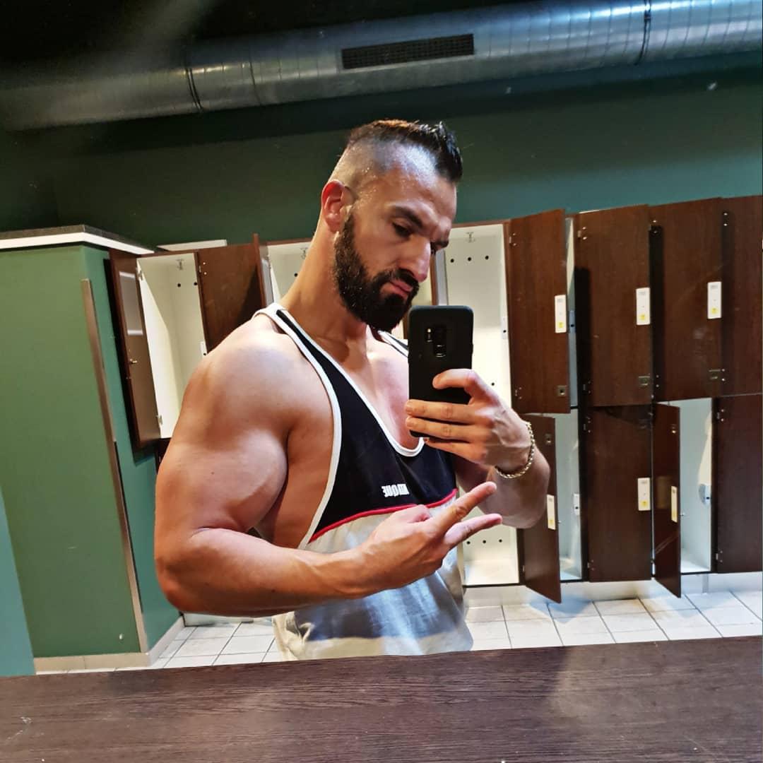 So Freunde, ich lebe noch… habe derzeit nur keinen Bock auf Insta und wollte euch mal etwas weniger mit meinen zweideutigen Witzen quälen… aber hey ihr seht ja, der Wassermelonenbizeps auf Pump ist immer noch am Start… kein Wunder, bei dem Gewicht, was ich jeden Tag beim Pissen halten muss 😉😎🍆💪🏻😂 . #mcfit #berlin #spandau #training #bodybuilding #bizeps #fitfam #germany #berliner #cro #bangboss #gym #nopainnogain #fitness #fit #fitnessmotivation