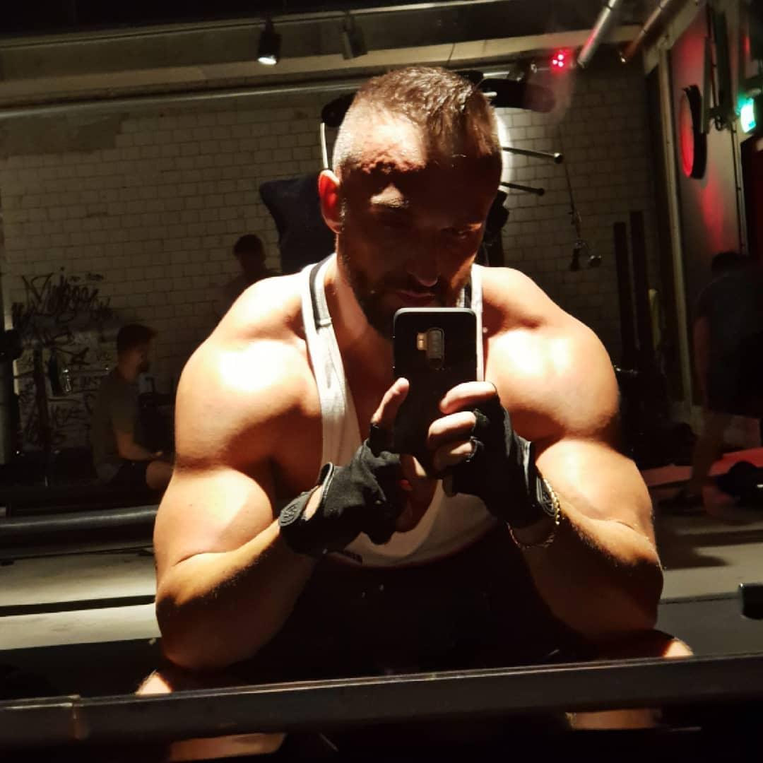 1 Jahr älter, paar Kilos leichter… aber immer noch breiter als der Türsteher💪🏻✌🏻😎 . #johnreed #johnreedberlin #wedding #berlin #mcfit #mcfitberlin #training #bodybuilding #gym #gymtime #fitness #fitnessmotivation #training #muscles #pumped #selfie #me #instafit #instalike #instagood #berliner #bangboss