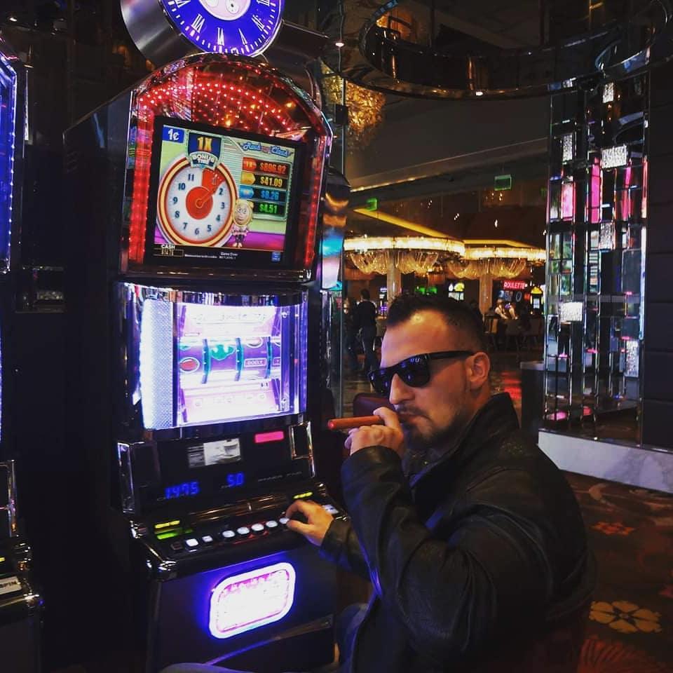Ein bosshaftes Danke für 18.000 Follower Freunde!!! Ich bin dann mal weiter Cohiba rauchend undercover meine Millionen verzocken in Las Vegas im Jugostyle an 25 Spielautomaten gleichzeitig, komme dann morgen im massivgoldenen Privatjet zurückgeflogen mit massig Gratisblowgutscheinen im Gepäck für meine treuen Fanbabes … ok ok, nein ich mache nur Spaß und verzocke natürlich keine Millionen… es sind Milliarden!!!😎 . #bangboss #sagt #danke #und #feiert #alle #die #mir #geholfen #haben #und #gebt #es #doch #zu #ihr #mögt #meine #völlig #untertriebenen #realeralsrealtalk #storys #zwinkerzwinkergrins