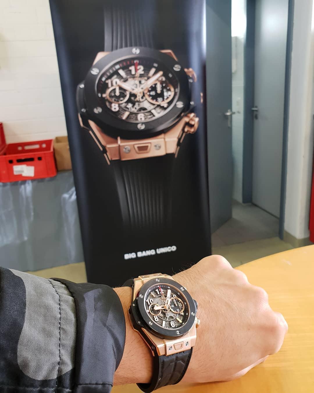Man könnte vom Preis der Uhr 5-6 Jahre Miete zahlen, sich nen schicken Neuwagen kaufen oder 10x fett Urlaub machen mit seinem Babe… doch dann könnte man auch nie vor einem Aufsteller auf einem VIP Event stehen und so ein bosshaftes Foto machen😎 … ach wisst ihr was, ich nehme lieber die Uhr… und zwei Neuwagen, hole mir gleich ein Haus und habe das Ganze Jahr über Urlaub😉😁 . #hublot #luxury #lifestyle #berlin #rich #famous #pornstar #vip #event #bigbang #unico #gold #luxus #uhr #watch #bosslife #bosshaft #berlinstagram