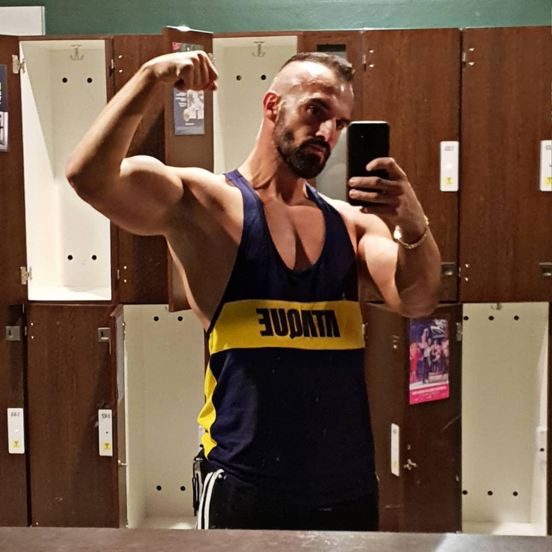 So stark kann euer Arm auch werden Freunde… schaut euch dazu nur meine bosshaften Armtrainingsvideos an auf meiner Homepage und ihr werdet danach MMA Kämpfer ins Koma boxen, Hulk beim Hände schütteln die Knochen brechen oder Möchtegerngangster, die eure Freundin anmachen im Gym, per Schelle einen Sightseeingausflug zur ISS spendieren… 😉💪🏻 . #johnreed #johnreedberlin #mcfit #mcfitberlin #training #fitness #gym #motivation #fitnessmotivation #studio #fitnessstudio #bizeps #biceps #arm #pumping #pump #flexing #shoulder #muscles #selfie #me #tanktop #ataqueclothing #berlin #berliner #fitfam #fitfamgermany #instafit #followme #bangboss