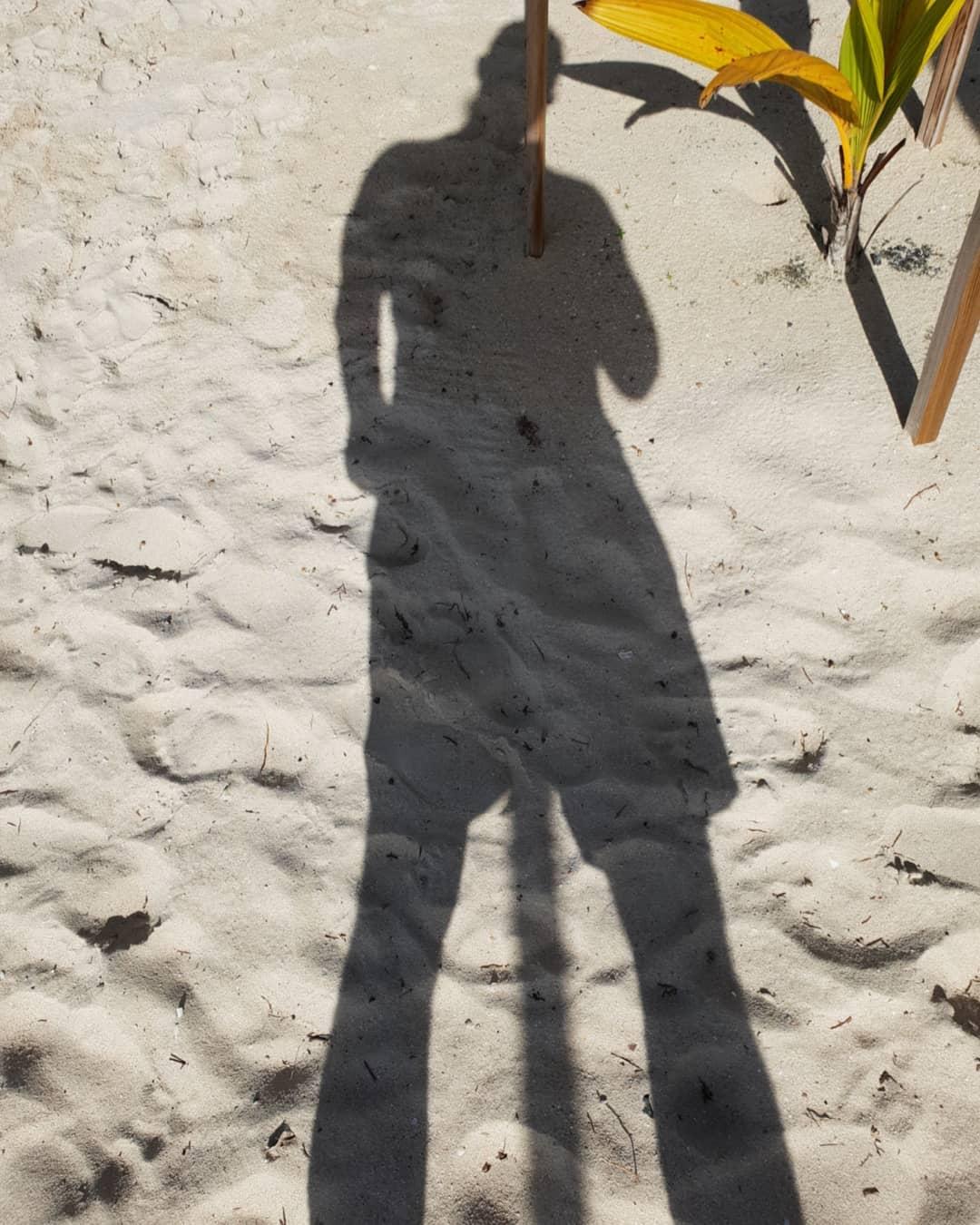Wer findet die versteckte Botschaft in dem Foto?😎😉 . #martinique #caribbean #beach #hotel #clubmed#holiday #amazing #selfie #me #shadow #instagood #instalike #instafit #instamood #instapornstars #instaholiday #instatravel #berlin #berliner #bangboss #bosscock #dreibein #lifestyle