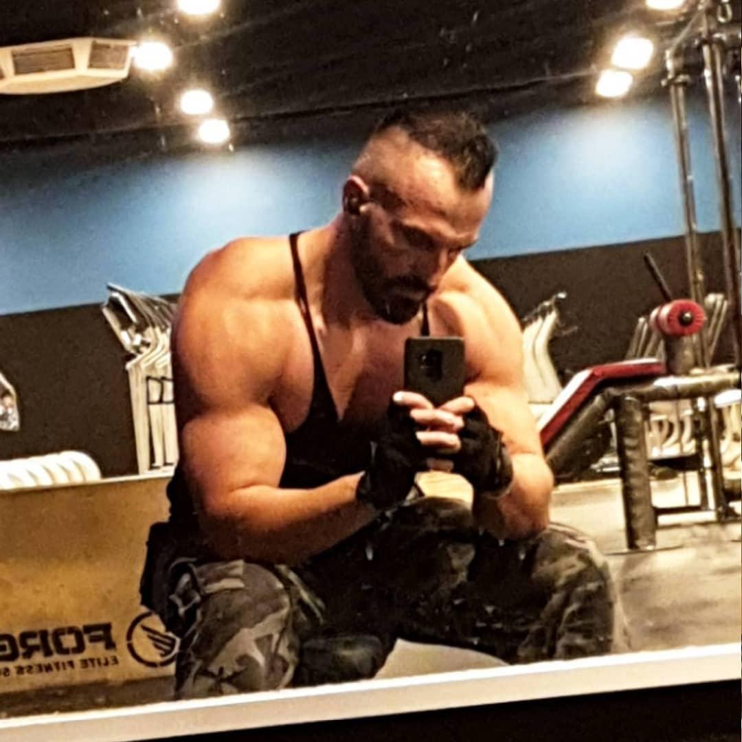 Kaum sitzt man voll auf Pump im richtigen Licht, sieht man aus, als wäre man als Kind zu oft ins Anabolikafass gefallen… 😂💪🏻😎 . #mcfit #spandau #berlin #training #bodybuilding #fitness #natural #pump #pumped #muscles #fit #fitguy #beastmode #nopainnogain #anabolic #selfie #me #gym #potd #instagood #instafit #followme #bangboss