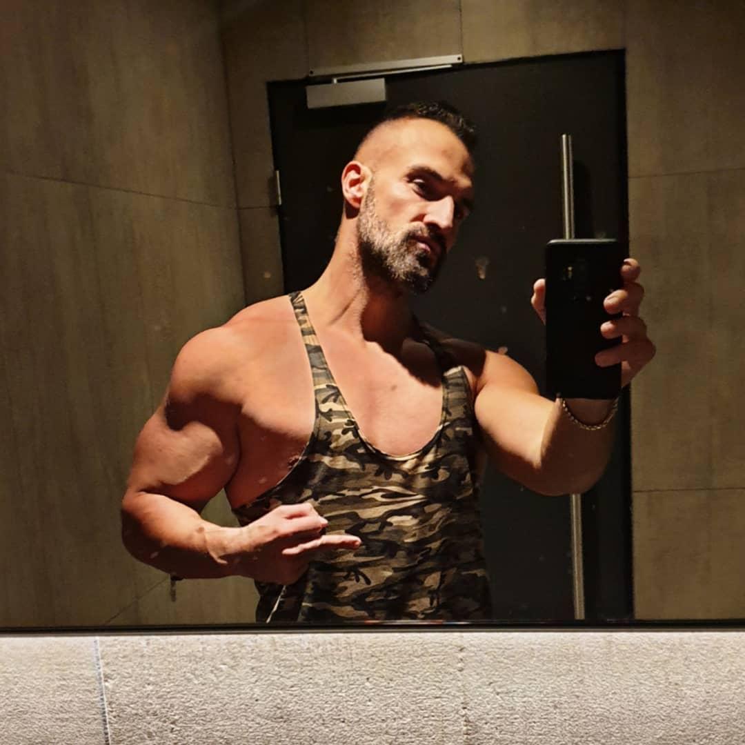 Wenn du durchs Fitnessstudio läufst, auf der suche nach anabolem Licht, jedoch die besten Ecken mit Lauchs besetzt sind… und du letztendlich vor diesem vollgerotzten Spiegel landest. Naja, wenigstens ist die massive Bosscockbeule in der Hose nicht zu sehen, sonst haben einige meiner Follower wieder das spontane Bedürfnis ihre xl Haarspraxdose zu lutschen und mir obszöne Mails zu schreiben…Glück gehabt 😁😎✌🏻🍆🍑💦👅😉 . #fitness #pumpingiron #mcfit #johnreed #potsdam #bodybuilding #gym #training #pump #pumped #biceps #naked #amazing #muscles #selfie #me #muscles #amazing #me #instagood #instalike #instafit #nopainnogain #tanktop #berlin #berliner #bosscock #bangboss