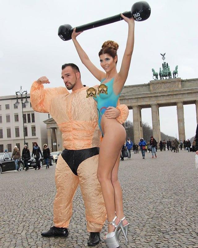 Zusammen mit Micaela Schäfer vor dem Brandenburger Tor am Posen für einen Pressebericht… . #oldbutgold #berlin #brandenburgertor #micaelaschäfer #sexy #naked #nude #shooting #model #highheels #babe #posing #muscles #bodybuilder #press #potd #berlinstagram #berliner #bangboss