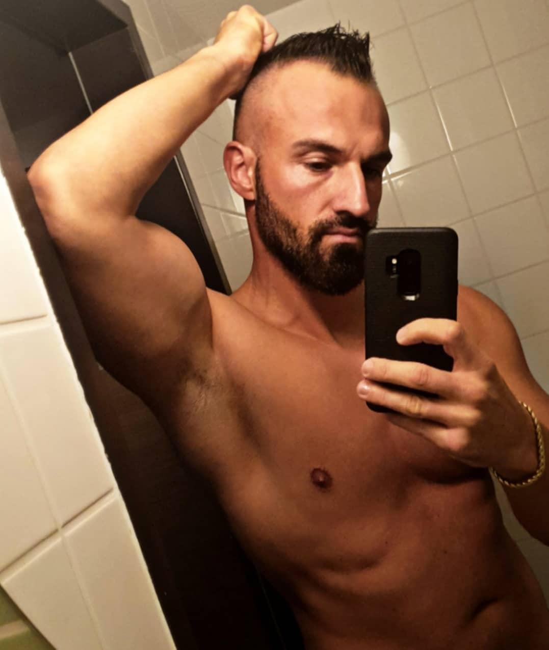 Tagelang nicht ordentlich ausgeschlafen, kein regelmäßiges Essen und Stress pur ficken dich richtig…trotzdem wird jetzt mit dem Brecheisen gearbeitet um das hartnäckige Fett loswerden. Manchmal würde ich mich gerne mit Anabolika vollpumpen, dann wäre vieles sicher einfacher… aber Daddy muss ja schlau bleiben und will seine Gesundheit und die bosshafte Libido nicht ruinieren💪🏻✌🏻 . #mcfit #herne #sport #fitness #selfie #naked #body #me #hotel #muscles #abs #biceps #bangboss #bosshaft #potd #like #berliner #likeme #instagood #instalike #fitfam #instafit #instafitness #fitnessmotivation #diet