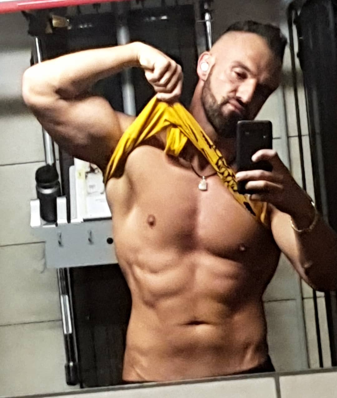 Schaut euch mal meinen neuen Ramboanhänger an… hab extra das Shirt ein wenig hochgezogen, damit ihr ihn besser seht. Gefällt er euch?😉😘😈 . #rambo #rambobody #transformation #abs #chest #sixpacks #muscles #gym #training #bodybuilding #fit #fitness #gainz #beastmode #bossmode #bangboss #mcfit #johnreed #berlin #nude #naked #posing #pumped #instafit #fitfam #body #natural #gymmotivation #motivation #diet