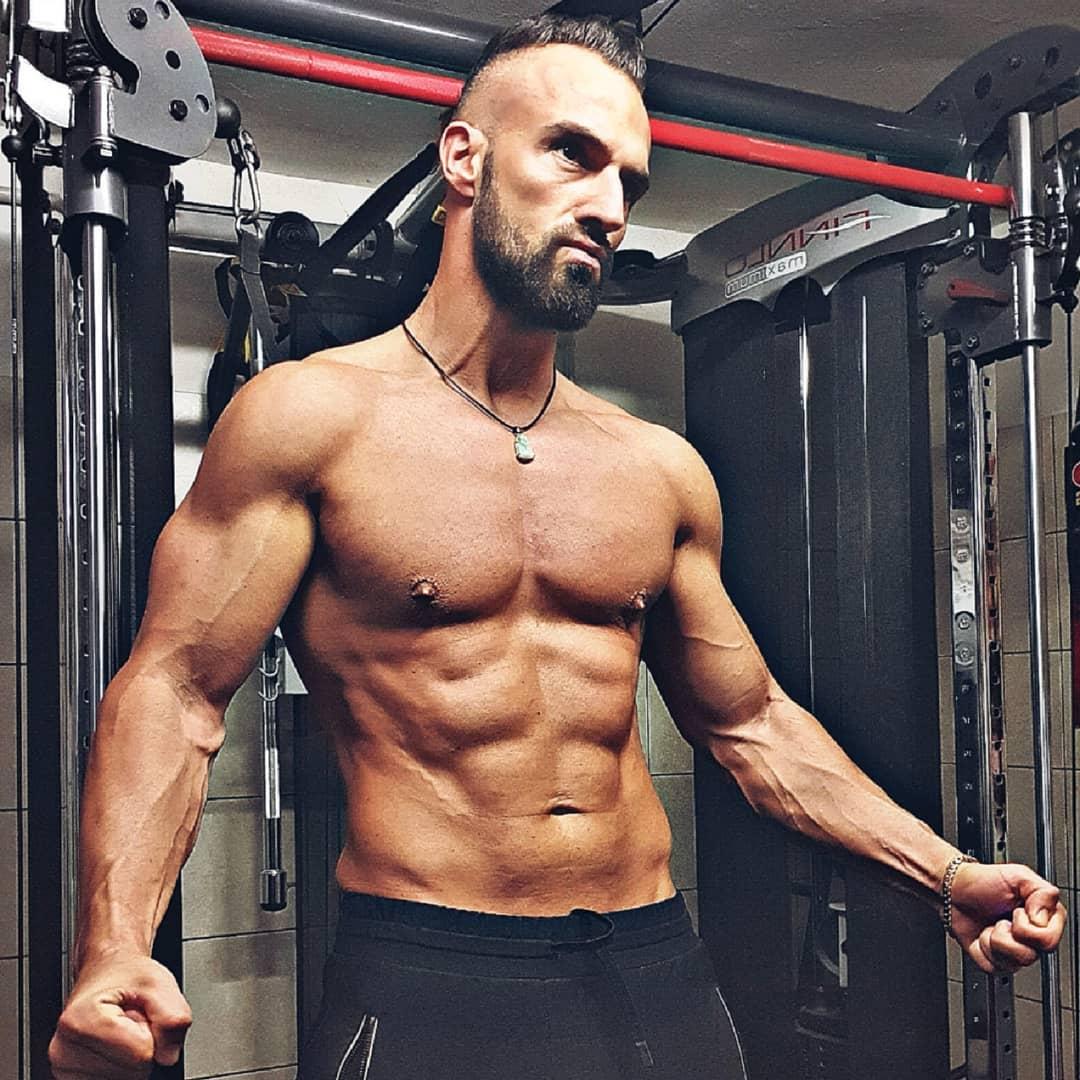 Kurz mal checken, ob ich an den heißen Tagen im Sommer auch mal spontan das Shirt ausziehen kann auf der Straße… 😉🔥 . #body #fit #fitguy #abs #fitness #training #nude #naked #muscles #power #rambobody #hot #sixpack #mcfit #mcfitberlin #johnreed #johnreedberlin #instagood #instalike #instafit #instapornstars #berlin #berliner #potd #picoftheday #bangboss