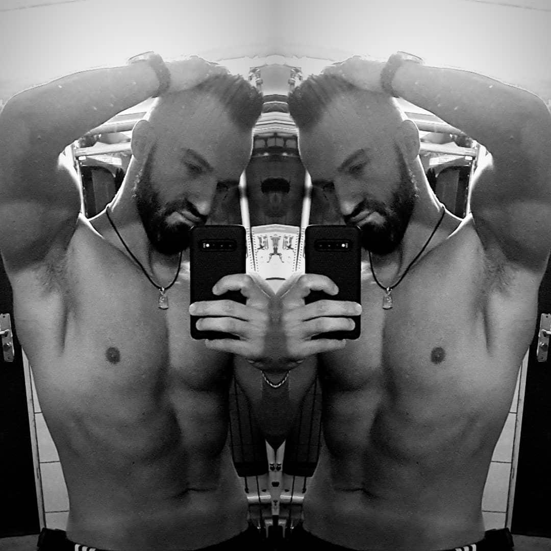 Wünsche euch nen bosshaften Dienstag😘 Wenn ich mir das Foto so anschaue fällt mir auf… dass nur noch eine Frau für einen Dreier fehlt in meinem Folterkeller, wer hat Lust bzw. traut sich?😂😋 . #spaßmusssein #dienstag #bosshaft #bangboss #fit #fitguy #blackandwhite #mcfit #mcfitberlin #spandau #berlin #berliner #nude #naked #sexy #instapornstars #guy #selfie #me #beard #instagood #instalike #berlinstagram
