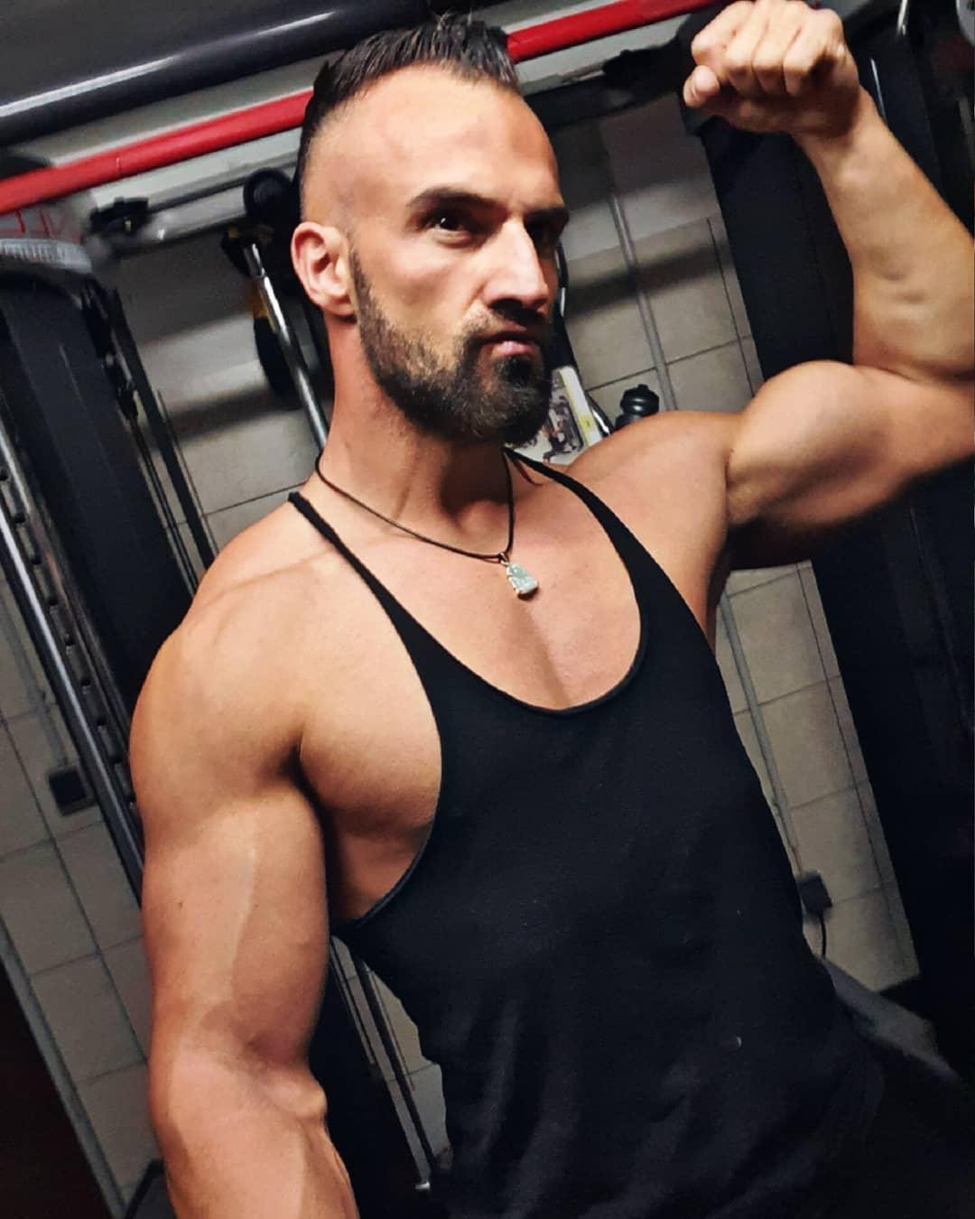 Der eine wartet, dass die Zeit sich wandelt… der andere packt sie kräftig an und handelt! 💪🏼💥💥💥 . #liferules #strenght #gymmotivation #lifequotes #fitnessmotivation #mcfit #mcfitberlin #mcfitmodels #mcfitspandau #johnreed #johnreedberlin #power #posing #pump #muscles #biceps #chest #beast #beastmode #gym #fitfamgermany #staystrong #berlin #bossmode